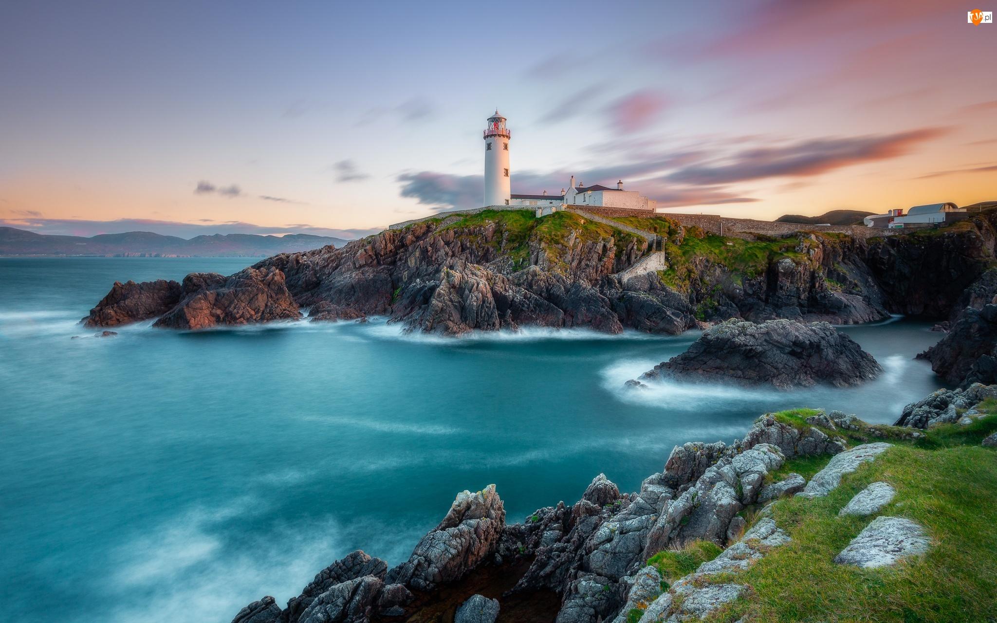 Chmury, Morze, Skały, Portsalon, Latarnia morska, Wschód słońca, Irlandia Północna, Fanad Head Lighthouse