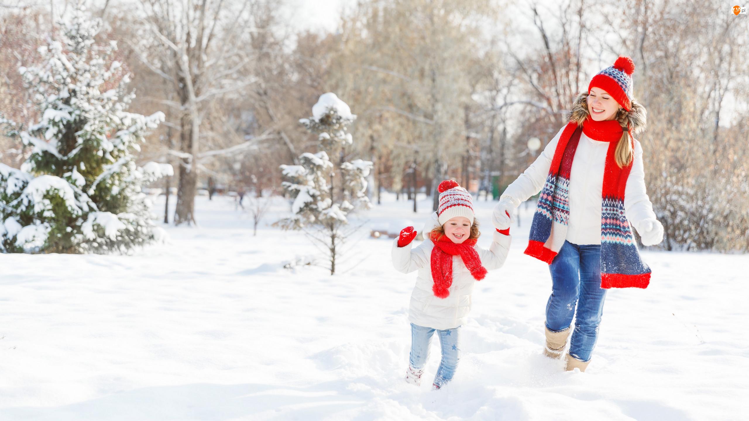 Dziewczynka, Zima, Uśmiech, Śnieg, Mama, Drzewa, Rodzina, Kobieta, Spacer, Dziecko, Park