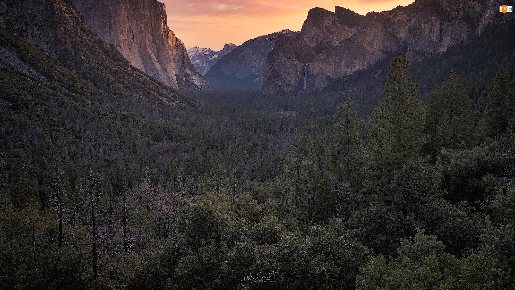 Stany Zjednoczone, Wodospad, Bridalveil Falls, Góry, Park Narodowy Yosemite, Wschód słońca, Drzewa, Dolina Yosemite Valley, Lasy, Kalifornia