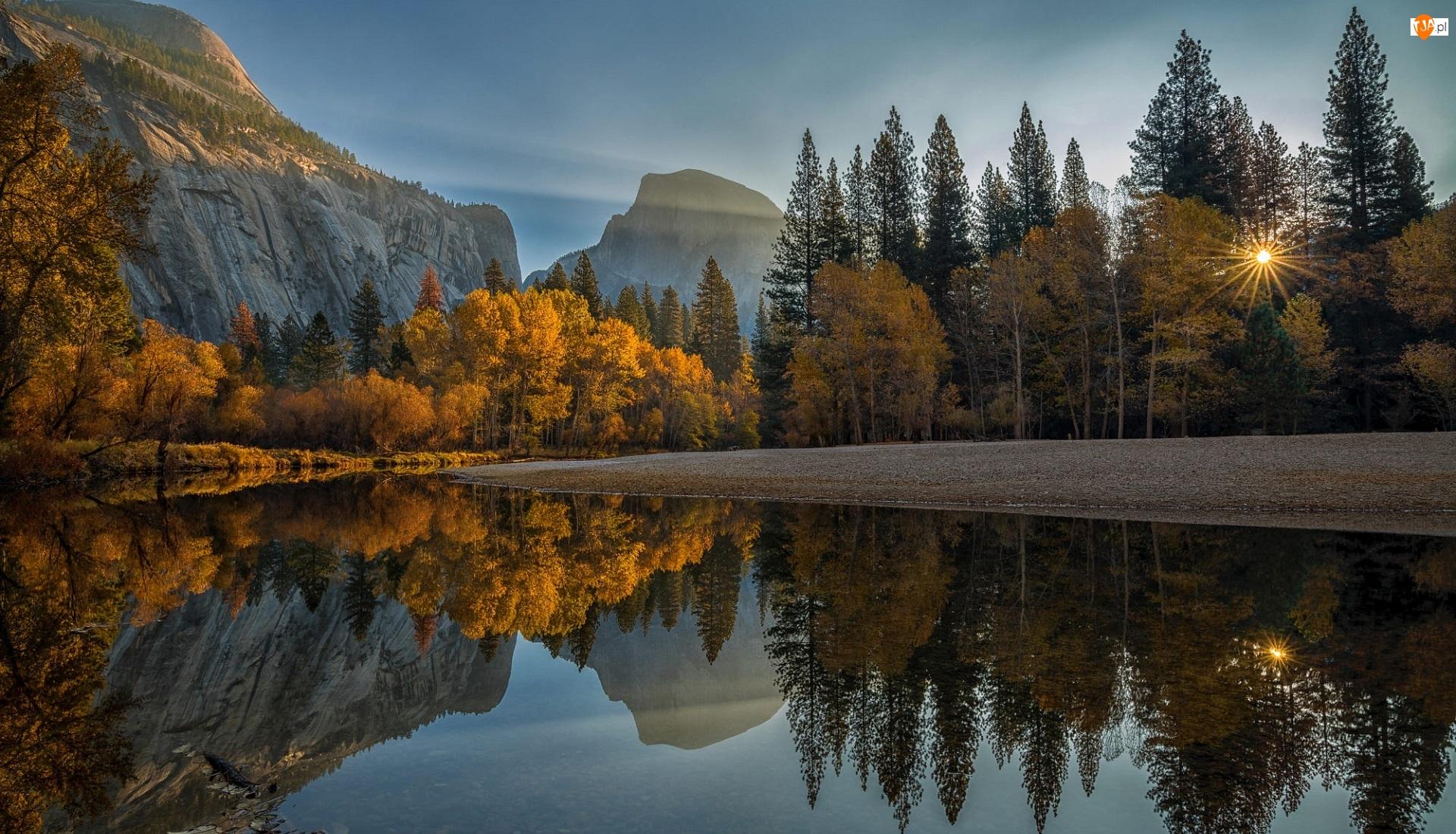 Kamienie, Stany Zjednoczone, Góry Sierra Nevada, Drzewa, Kalifornia, Rzeka Merced, Promienie słońca, Park Narodowy Yosemite