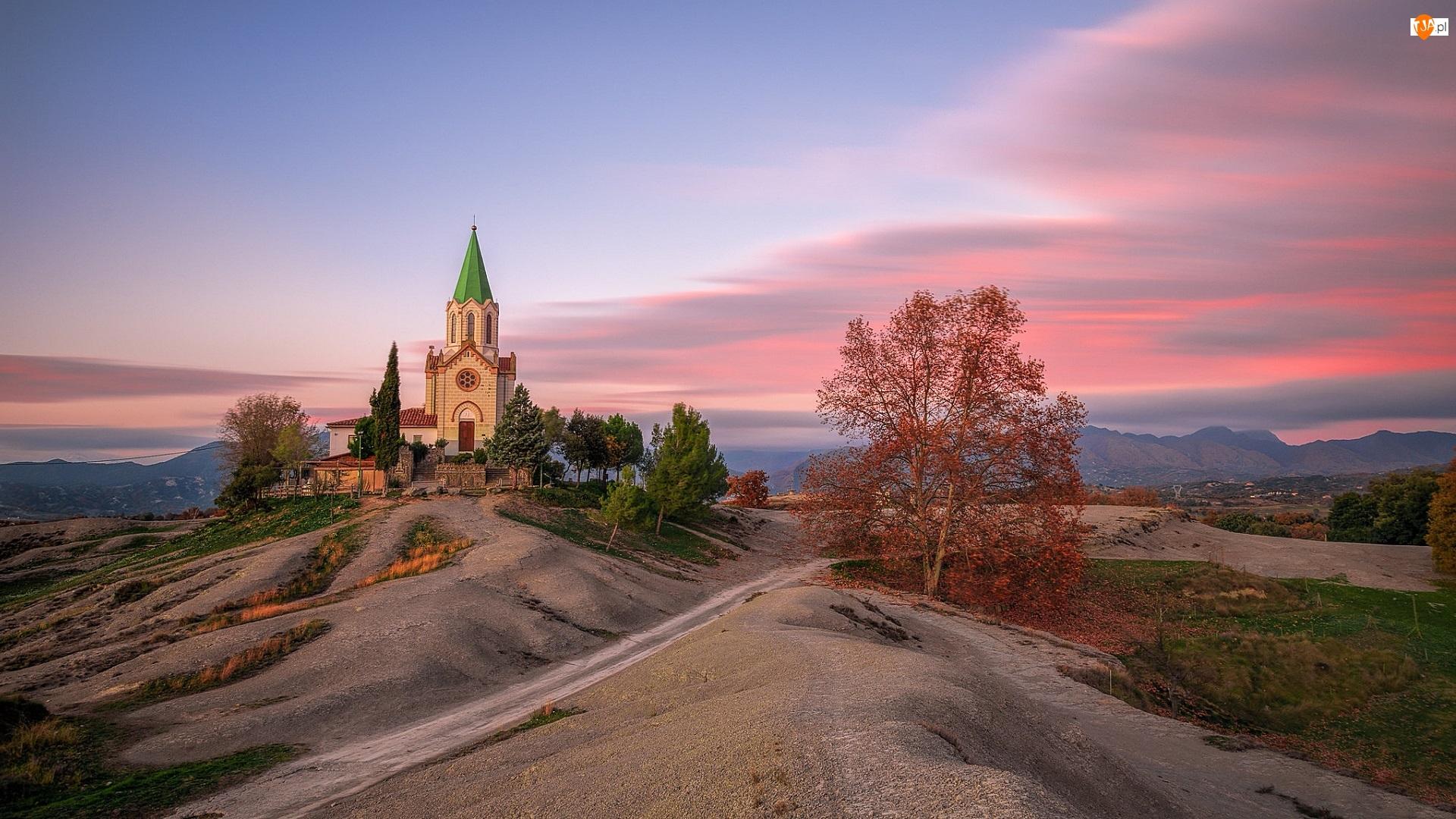 Drzewa, Hiszpania, Kościół Santuari Puig Agut, Góry, Katalonia, Droga, Zachód słońca, Gmina Manlleu