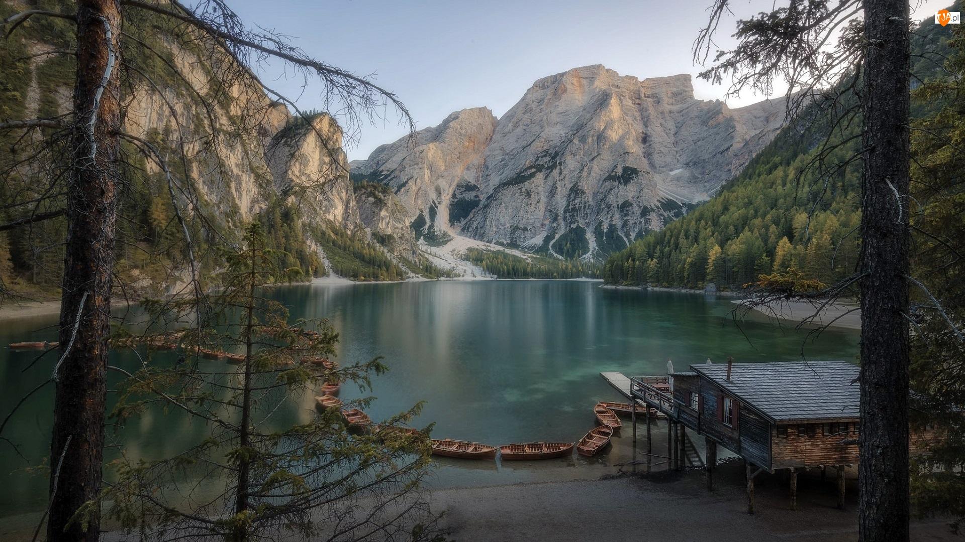 Jezioro Pragser Wildsee, Góry Dolomity, Domek, Pomost, Południowy Tyrol, Łódki, Lago di Braies, Włochy, Drewniany, Park Przyrody Fanes-Sennes-Prags, Drzewa