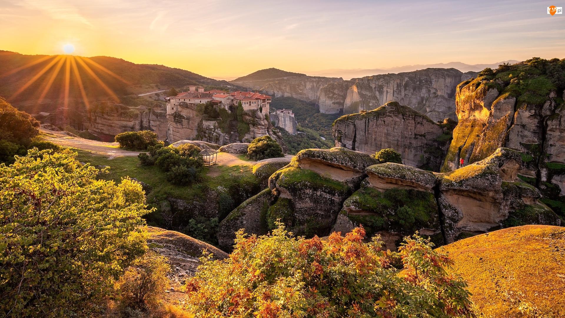 Meteory, Promienie słońca, Klasztor Świętej Trójcy, Kalambaka, Skały, Góry, Grecja, Piaskowiec
