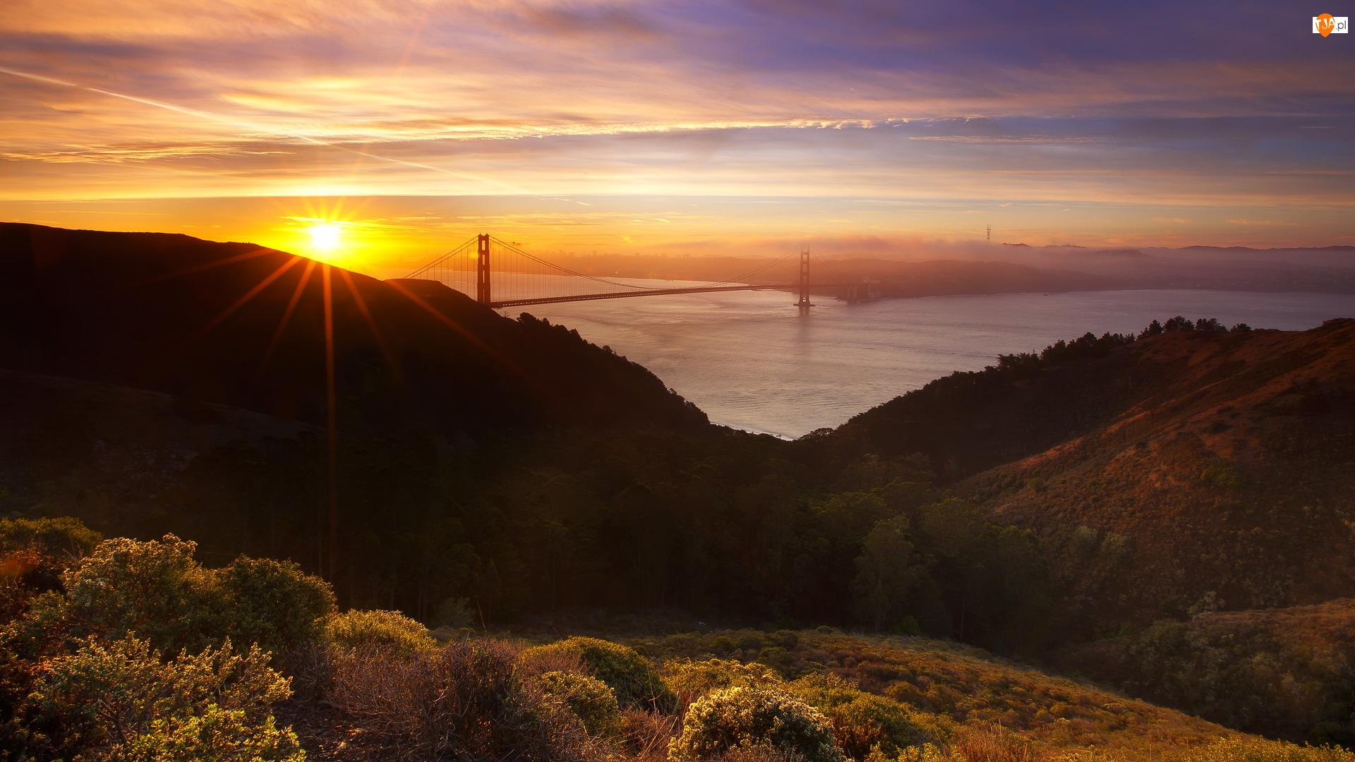Most Golden Gate, Wschód słońca, Wzgórze Hawk Hill, Stan Kalifornia, Chmury, Cieśnina Golden Gate, Stany Zjednoczone, Promienie słońca