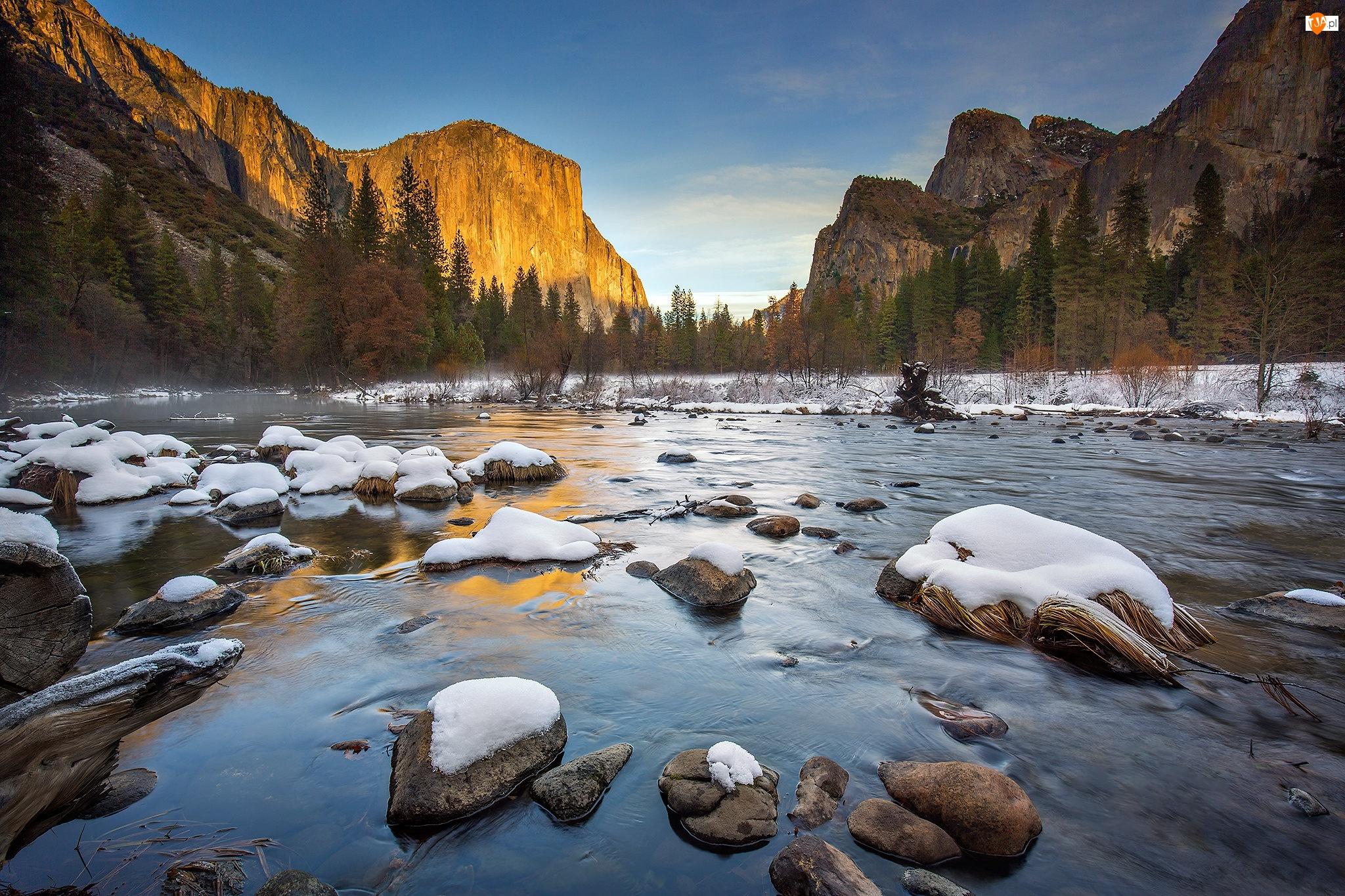 Stany Zjednoczone, Drzewa, Kalifornia, Zima, Park Narodowy Yosemite, Rzeka Merced, Ośnieżone, Góry, Kamienie