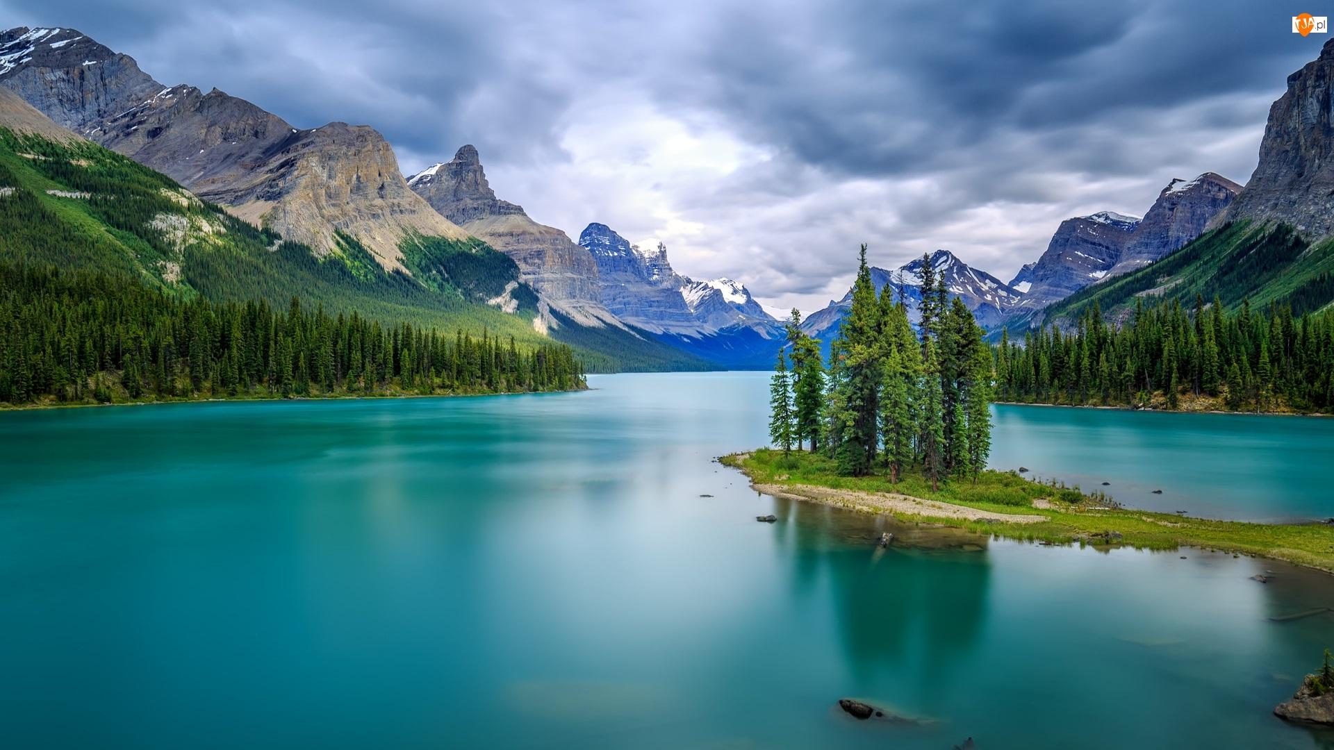 Kanada, Góry, Prowincja Alberta, Drzewa, Chmury, Jezioro, Maligne Lake, Park Narodowy Jasper, Wyspa Duchów