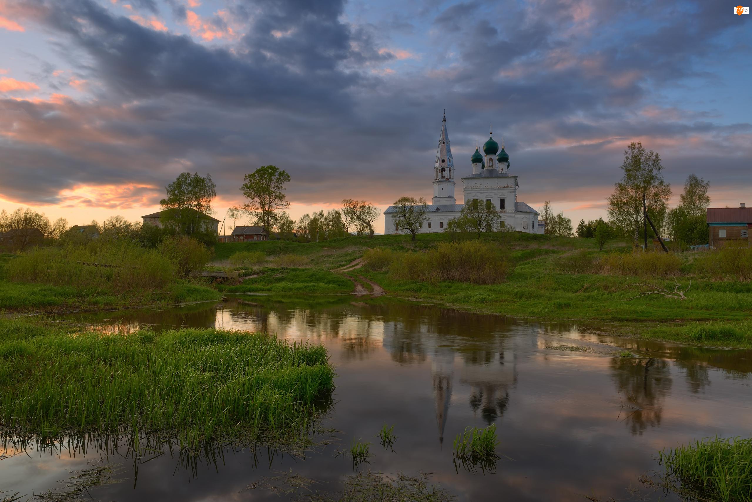 Cerkiew, Drzewa, Wschód słońca, Rzeka, Domy