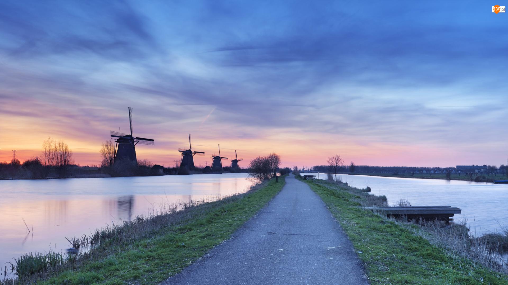 Droga, Wiatraki, Niebo, Wieś Kinderdijk, Rzeka, Drzewa, Holandia, Wschód słońca