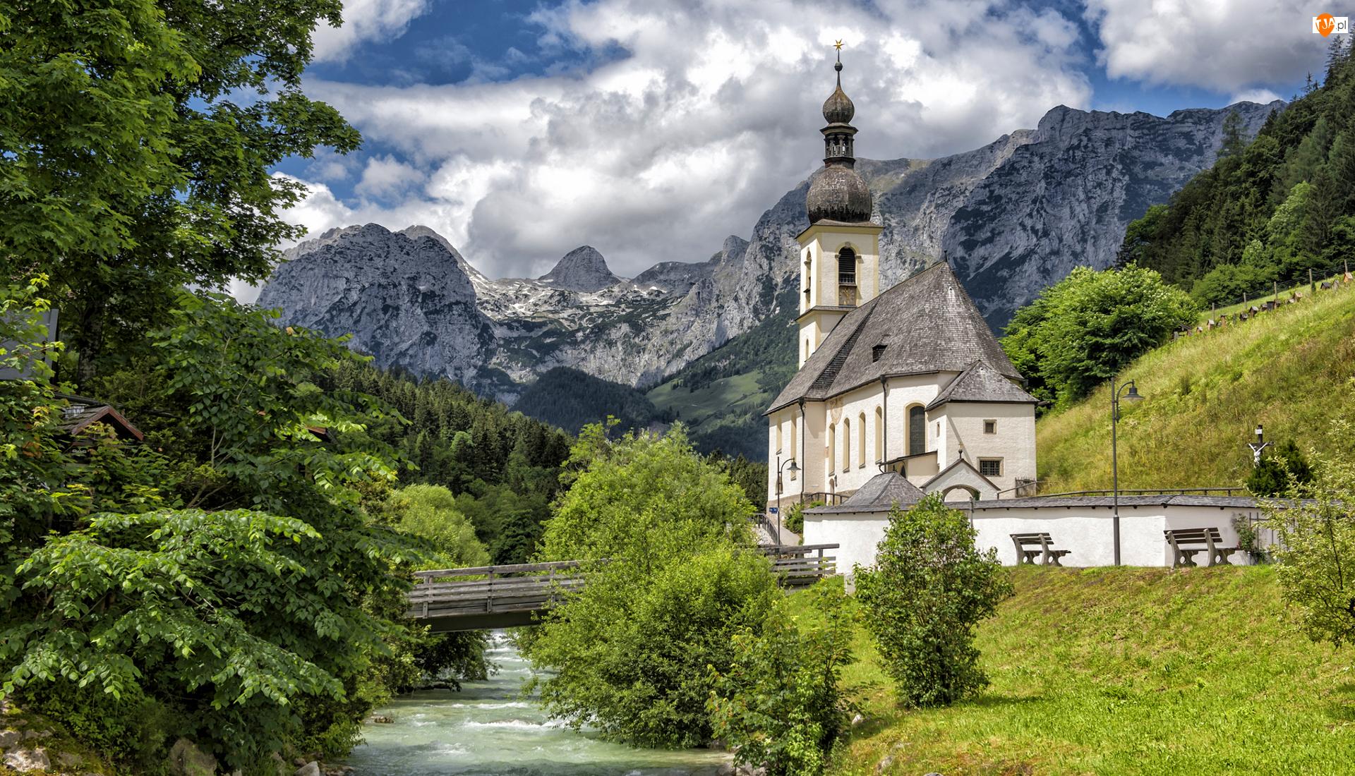 Niemcy, Ramsau bei Berchtesgaden, Bawaria, Rzeka Ramsauer Ache, Most, Góry Alpy, Kościół św Sebastiana, Park Narodowy Berchtesgaden, Drzewa