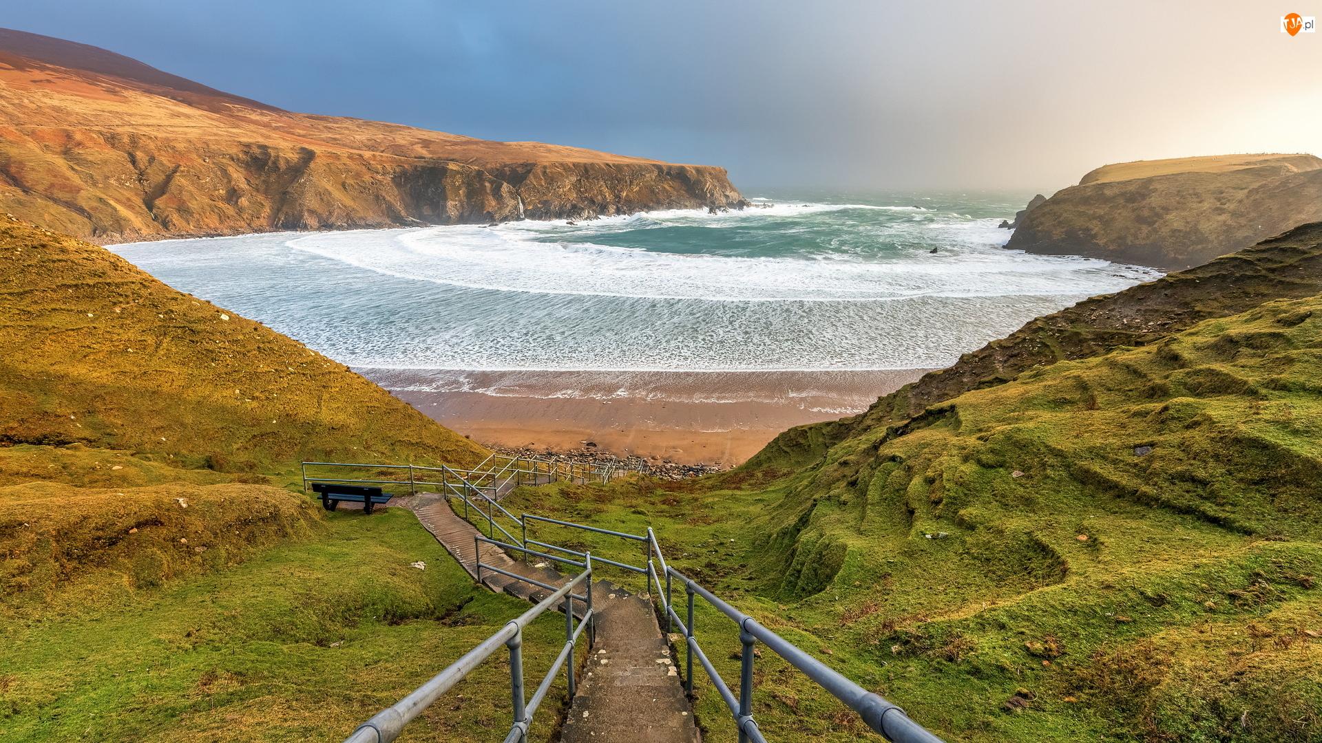 Irlandia, Silver Strand Horseshoe Beach, Malin Beg, Plaża, Barierki, Zejście, Zatoka, Morze, Klify, Hrabstwo Donegal