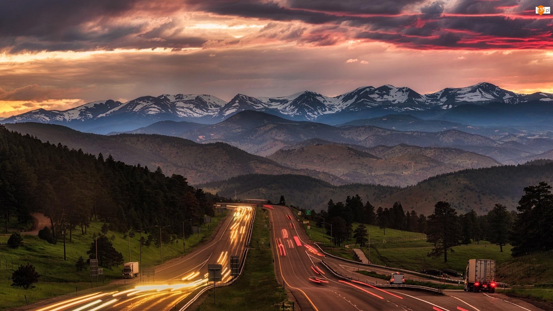 Stany Zjednoczone, Las, Kolorado, Zachód słońca, Chmury, Drzewa, Droga, Góry Skaliste, Światła
