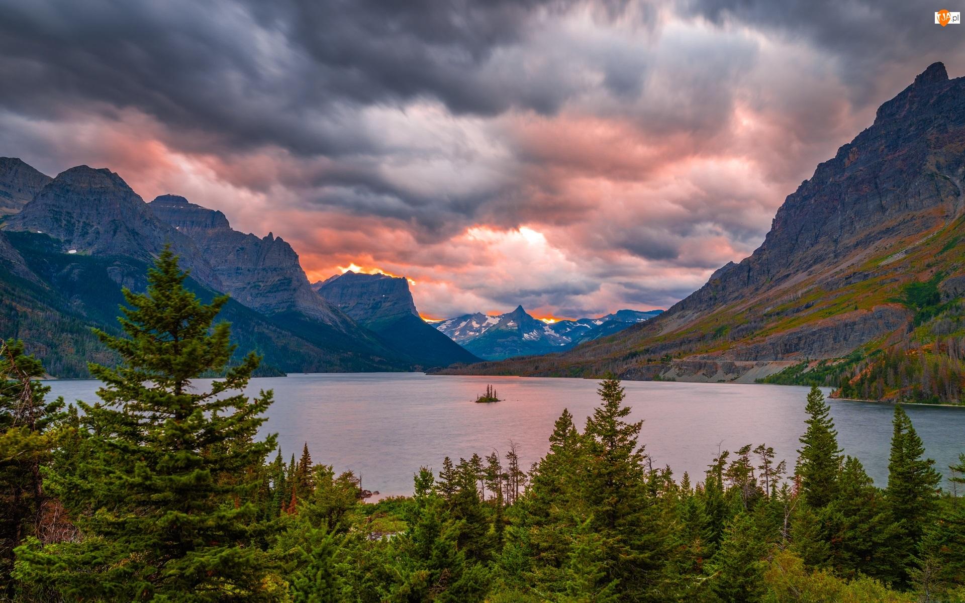 Zachód słońca, Stan Montana, Chmury, Saint Mary Lake, Drzewa, Park Narodowy Glacier, Góry, Stany Zjednoczone, Jezioro