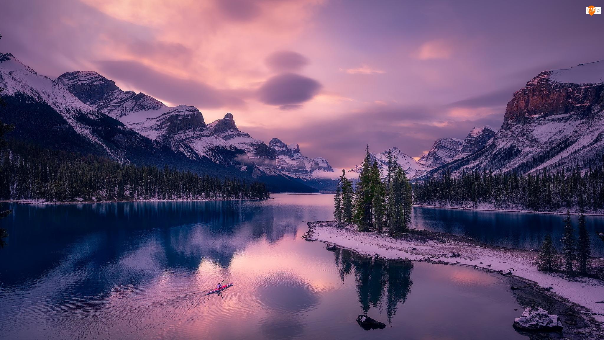 Maligne Lake, Drzewa, Zachód słońca, Lasy, Park Narodowy Jasper, Alberta, Góry, Zima, Kajak, Jezioro, Kanada