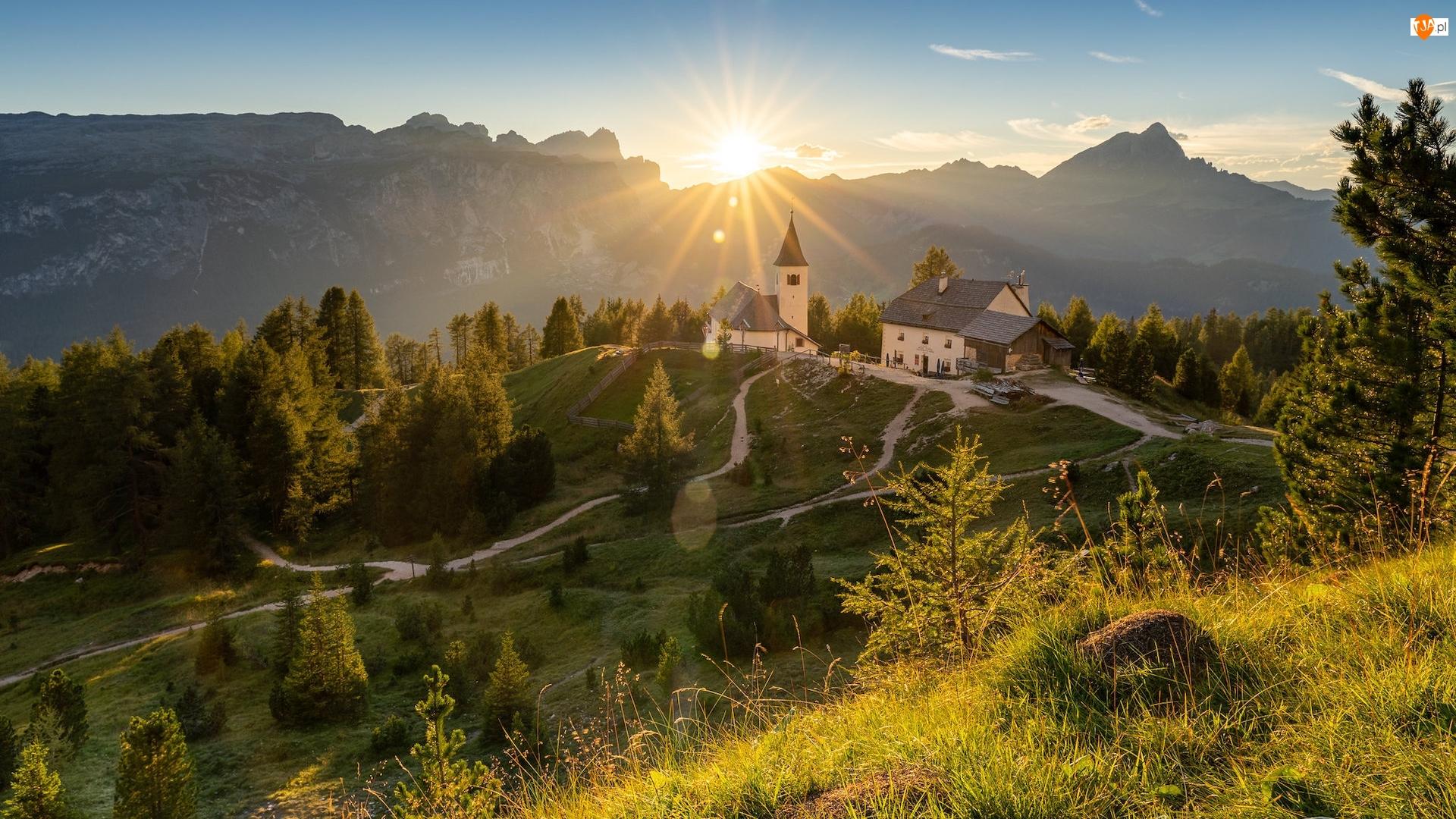Alta Badia, Góry, Kościół św Krzyża, Południowy Tyrol, Dolomity, Promienie słońca, Włochy, Wzgórze