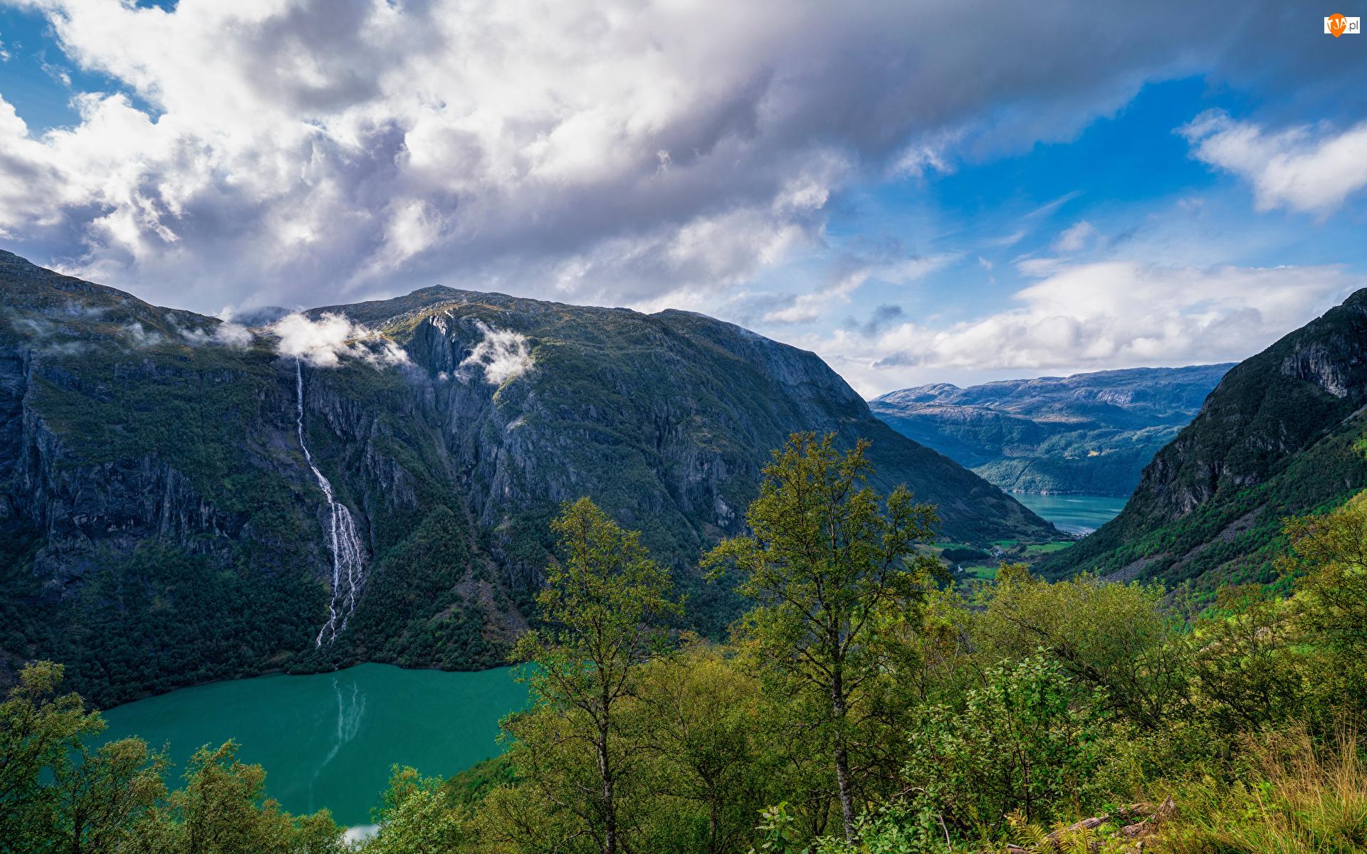 Jezioro, Chmury, Wodospad, Góry, Drzewa