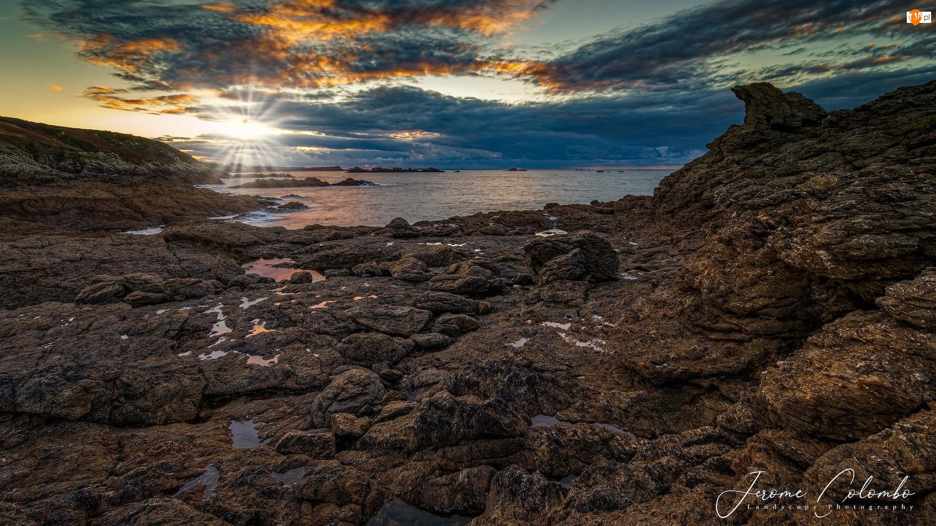 Bretania, Morze, Promienie słońca, Francja, Chmury, Skały, Wybrzeże