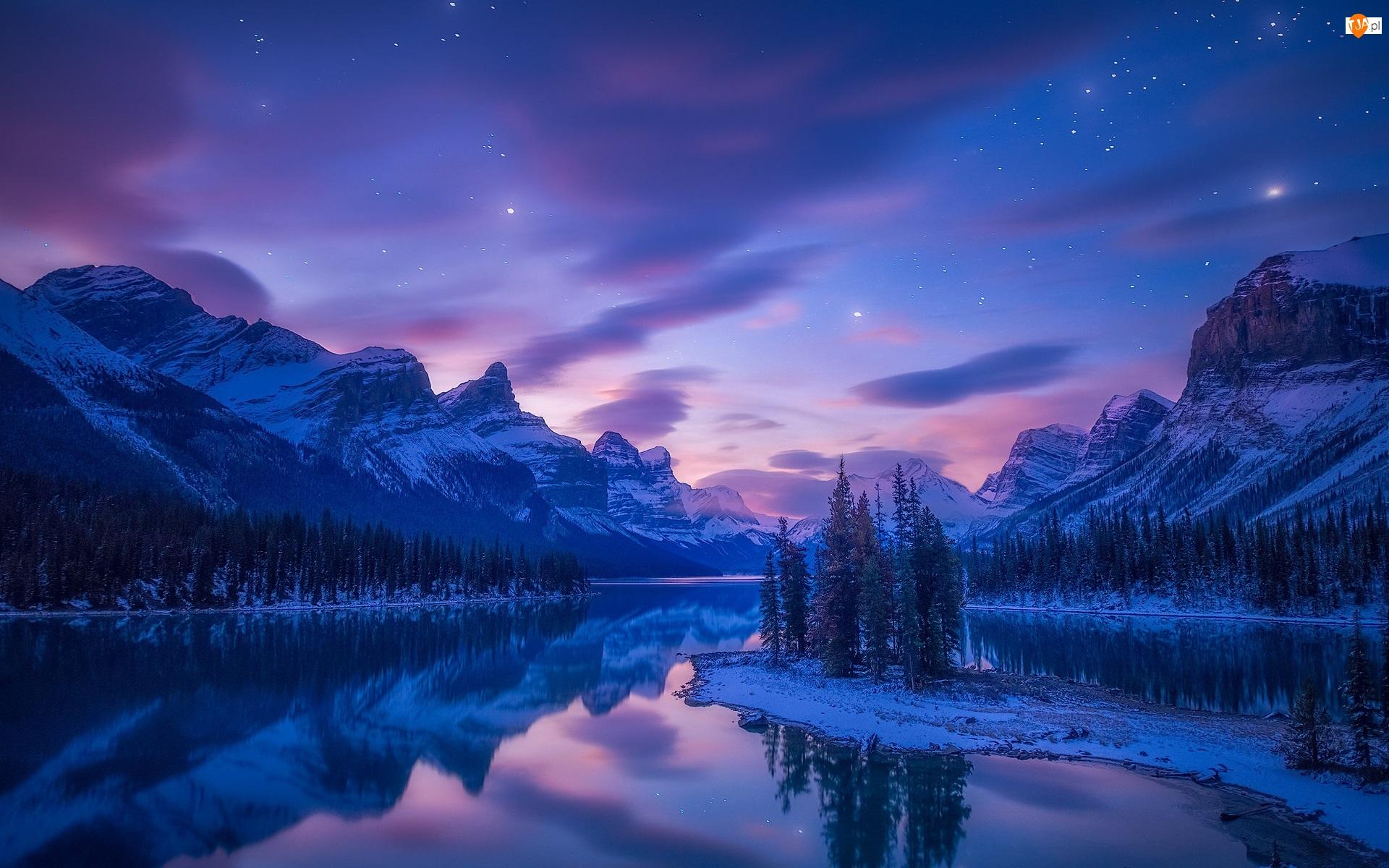 Góry, Lasy, Gwiazdy, Zima, Jezioro, Alberta, Drzewa, Park Narodowy Jasper, Chmury, Maligne Lake, Kanada