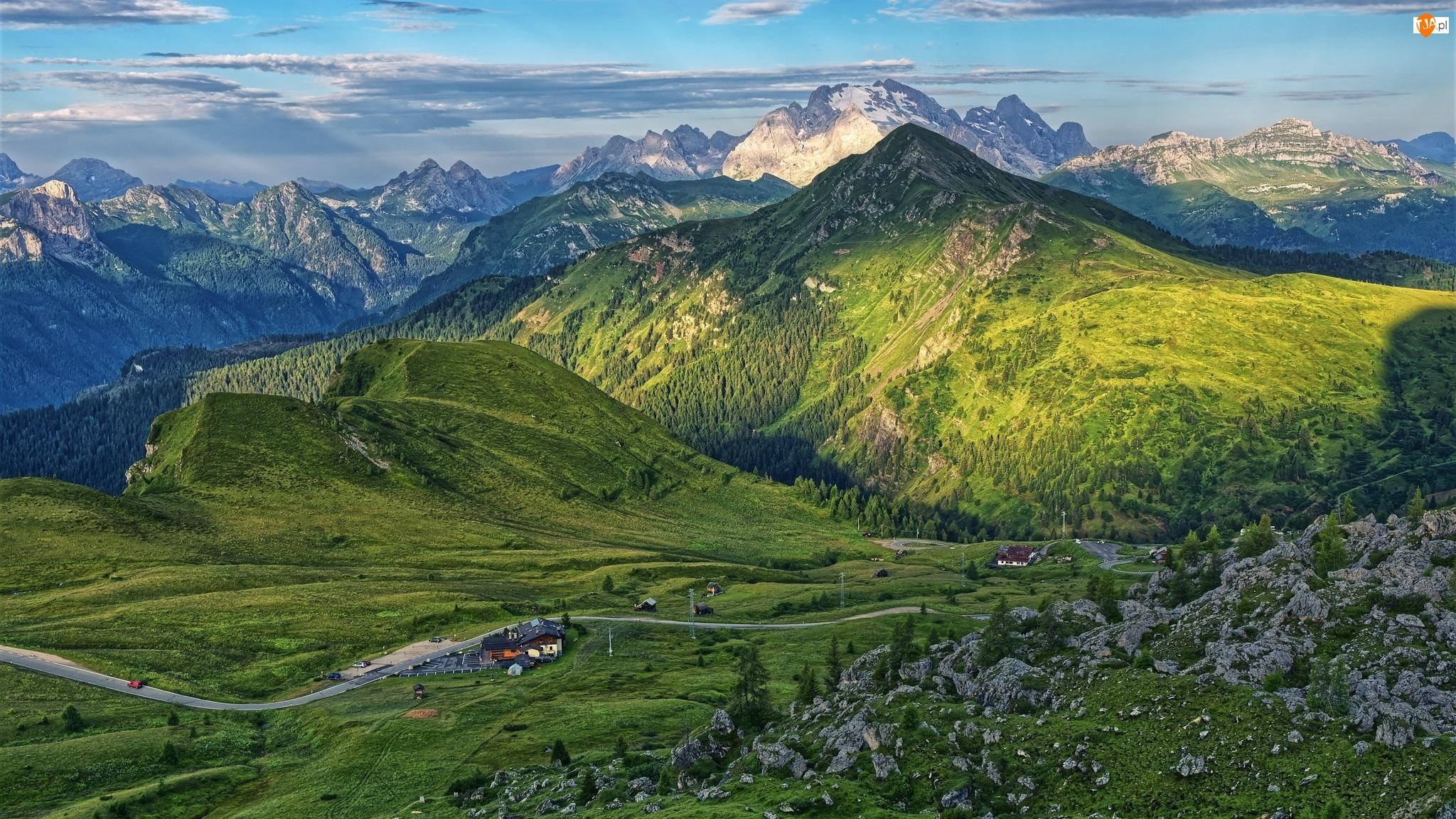 Włochy, Góry, Góra Monte Pore, Szczyty, Dolomity, Droga, Domy, Zalesione, Skały
