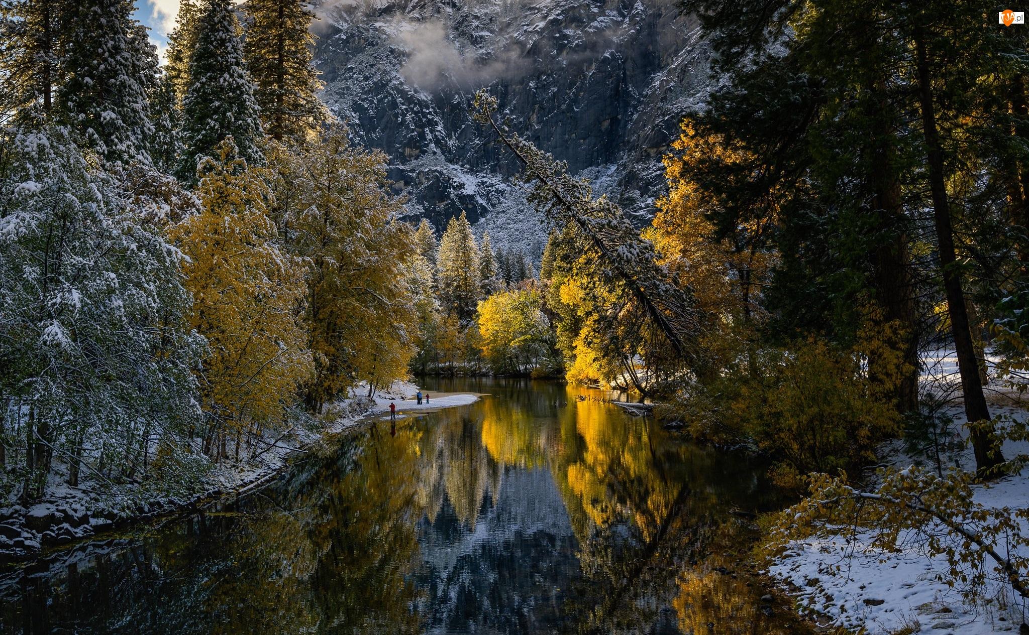 Stany Zjednoczone, Drzewa, Stan Kalifornia, Śnieg, Góry, Rzeka, Merced River, Jesień, Park Narodowy Yosemite
