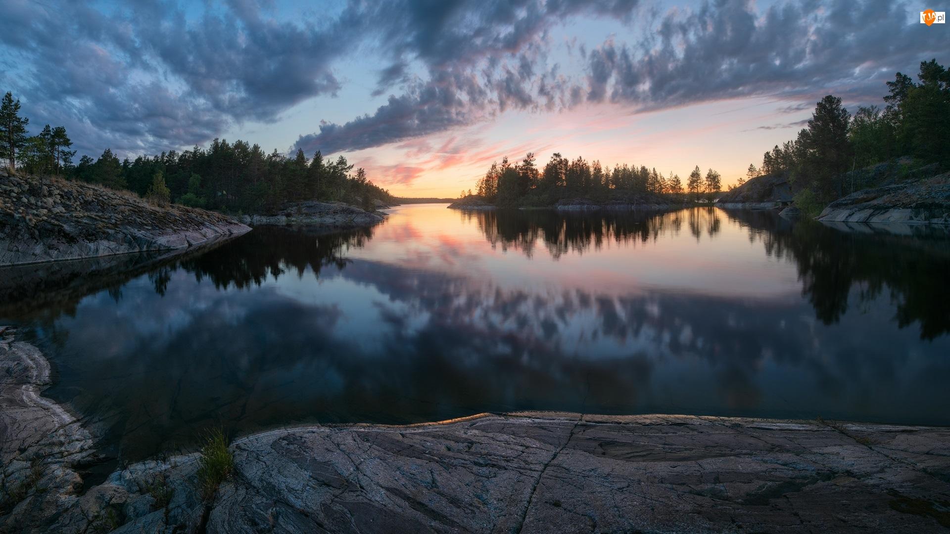Zachód słońca, Drzewa, Skały, Jezioro, Chmury