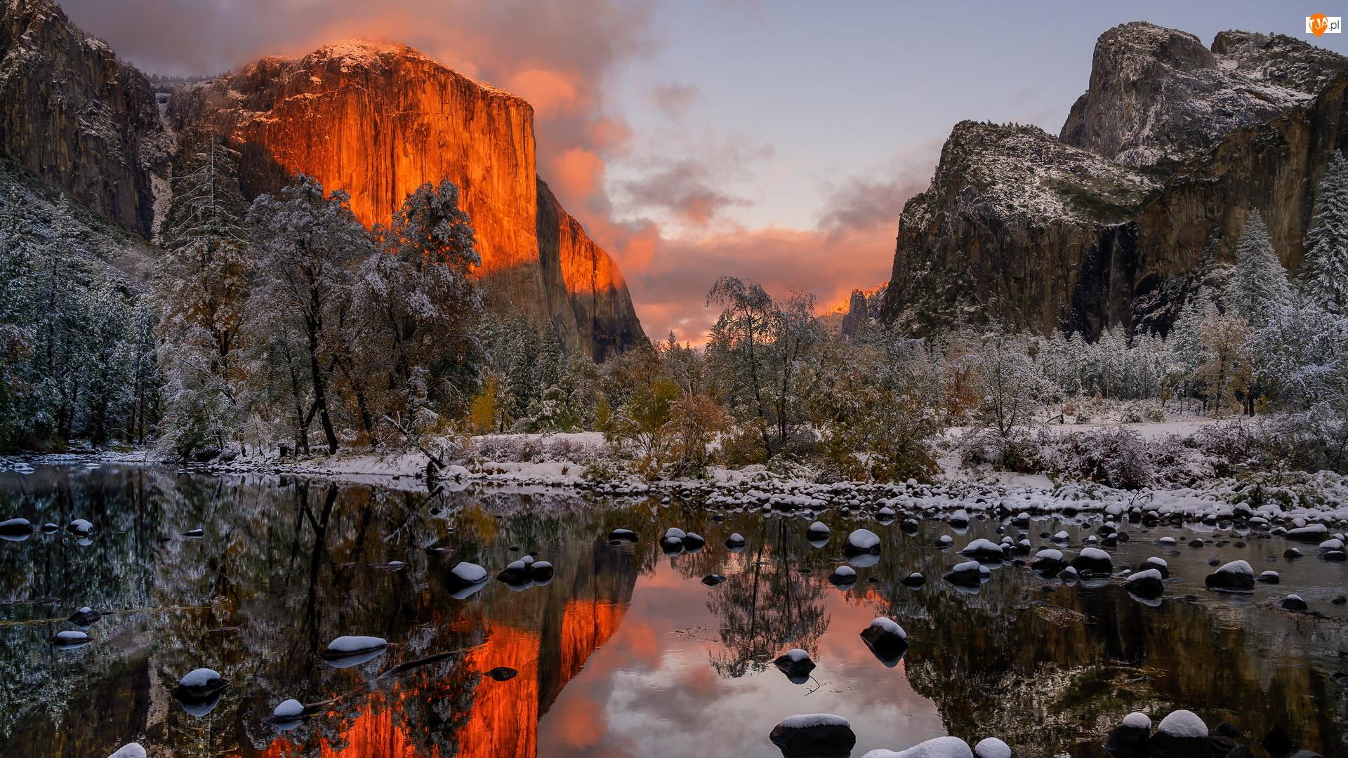 Szczyt El Capitan, Drzewa, Śnieg, Rzeka, Góry, Stan Kalifornia, Dolina Yosemite Valley, Park Narodowy Yosemite, Merced River, Rozświetlony, Stany Zjednoczone