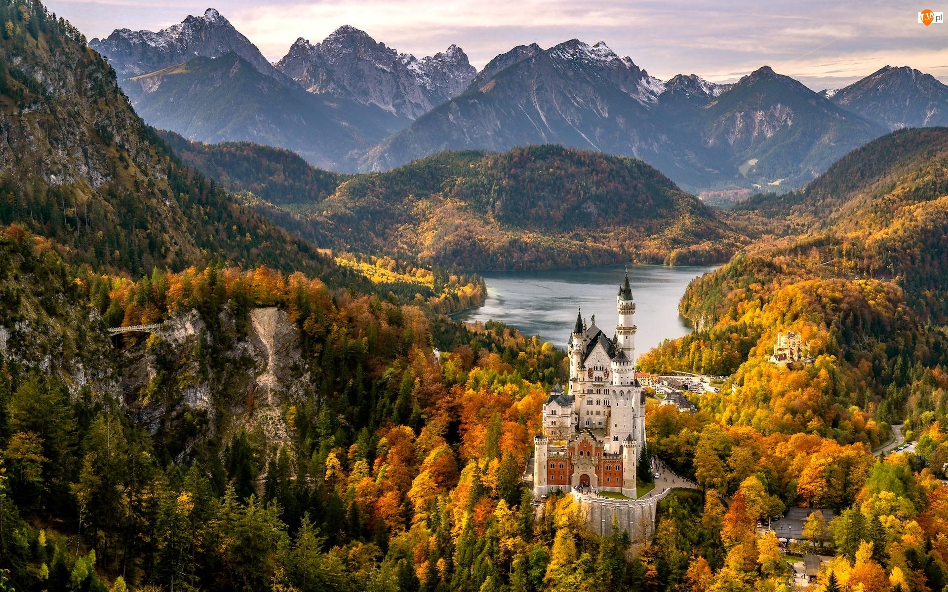 Alpy, Bawaria, Góry, Drzewa, Jezioro Alpsee, Schwangau, Zamek Neuschwanstein, Niemcy, Jesień
