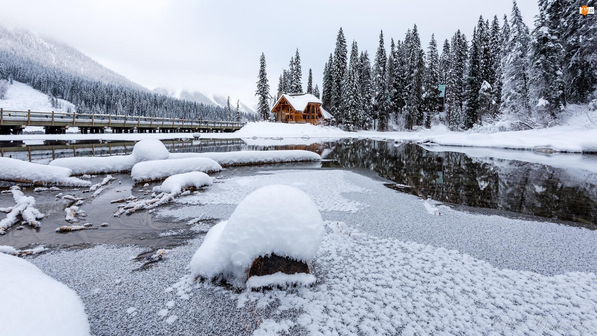 Chmury, Jezioro, Mgła, Kanada, Dom, Park Narodowy Yoho, Śnieg, Góry, Emerald Lake, Drzewa, Świerki, Zima