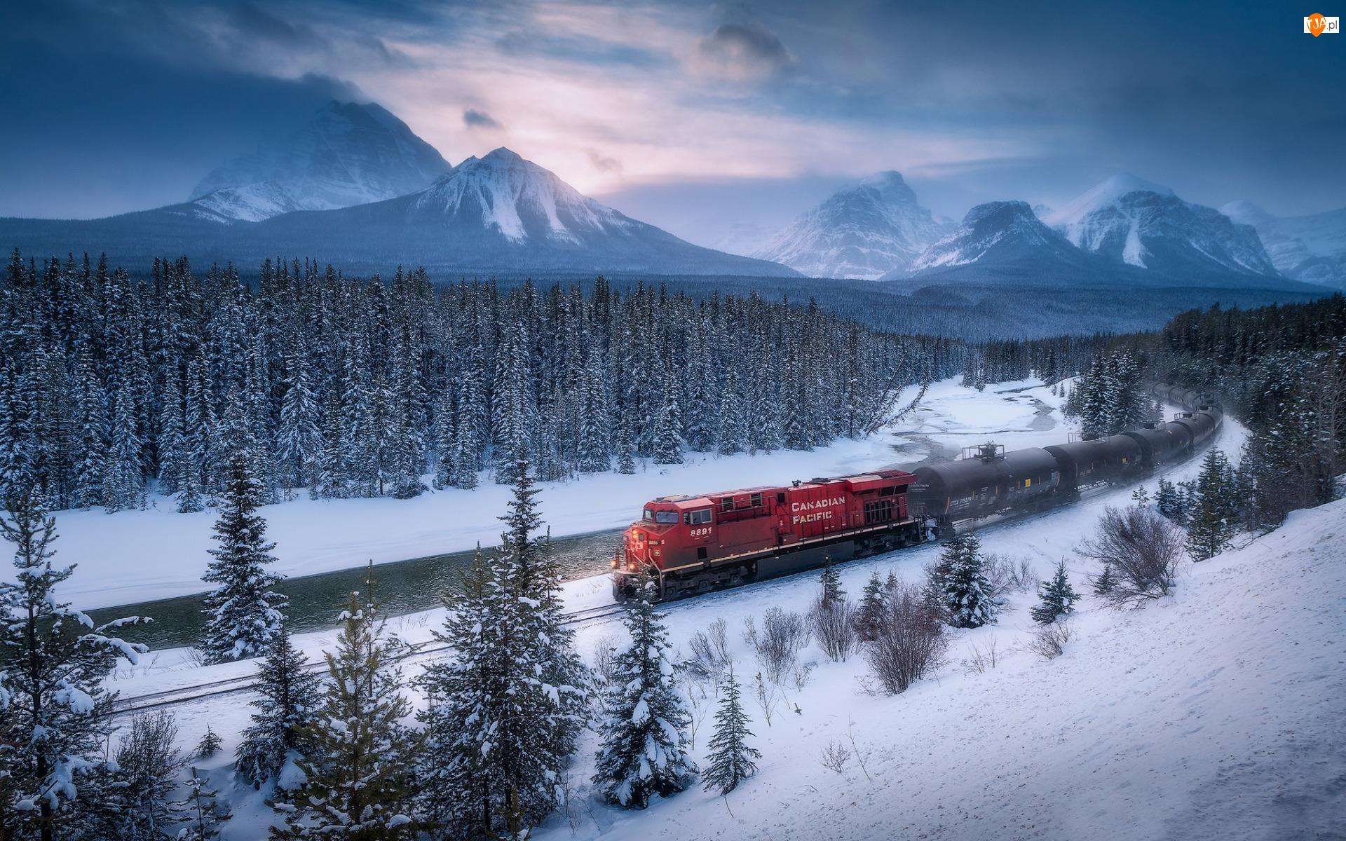 Chmury, Góry Skaliste, Śnieg, Kanada, Zima, Park Narodowy Banff, Bow River, Lasy, Rzeka, Pociąg, Drzewa, Alberta