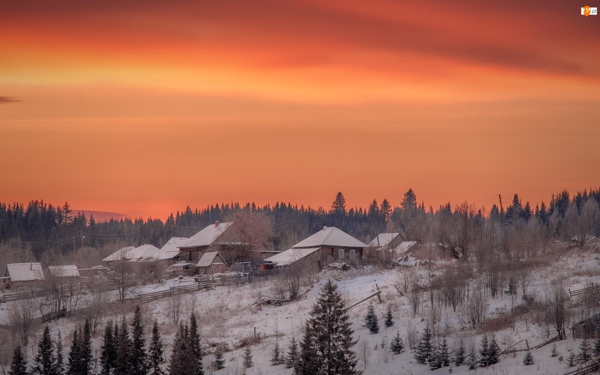 Wieś Kusye Alexandrovsky, Wschód słońca, Śnieg, Kraj Permski, Świt, Domy, Rosja, Zima