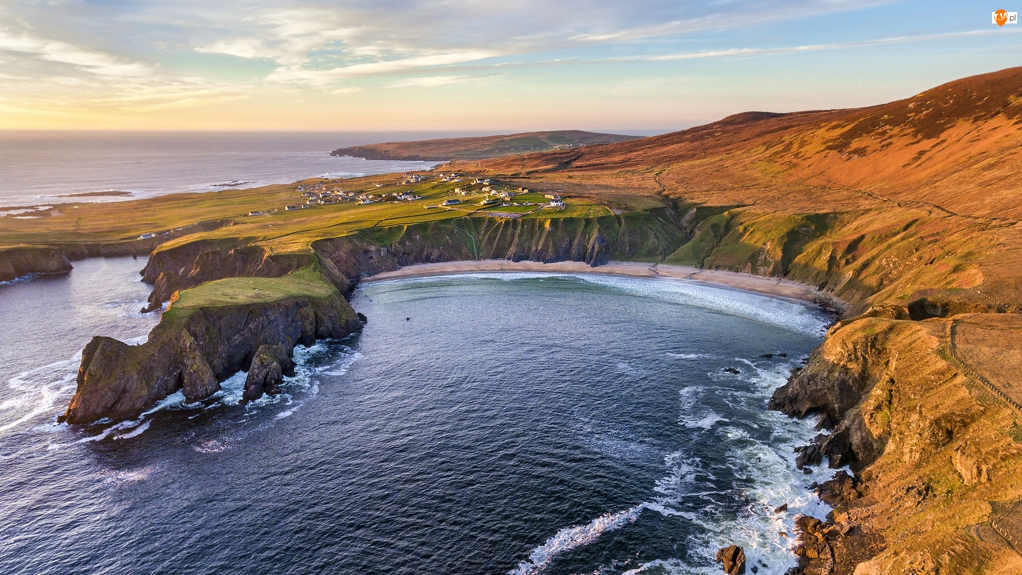 Irlandia, Wybrzeże Glencolmcille, Hrabstwo Donegal, Silver Strand Horseshoe Beach, Malin Beg, Klify, Zatoka, Morze, Plaża