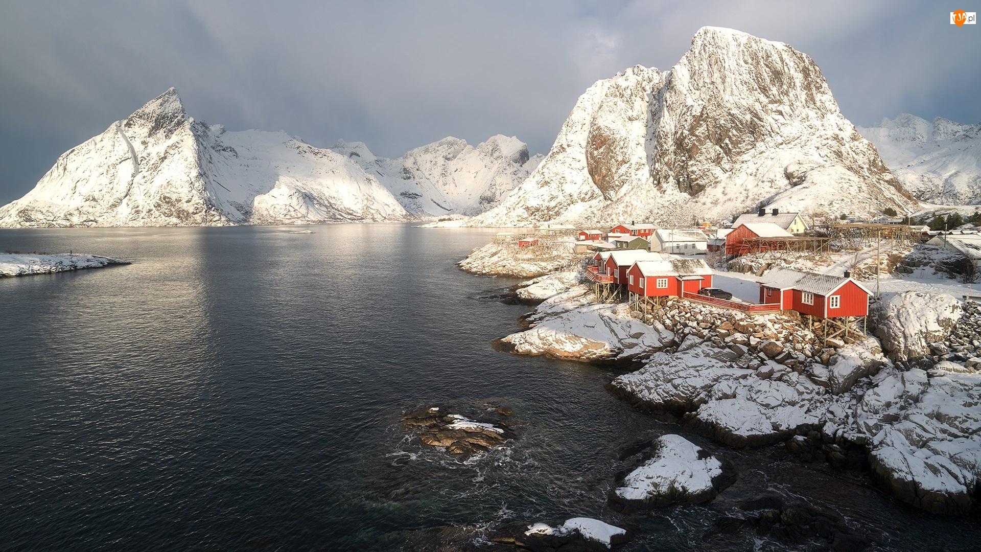Góra Higravstinden, Norwegia, Morze, Wioska Hamnoy, Lofoty, Góry, Zima, Domy