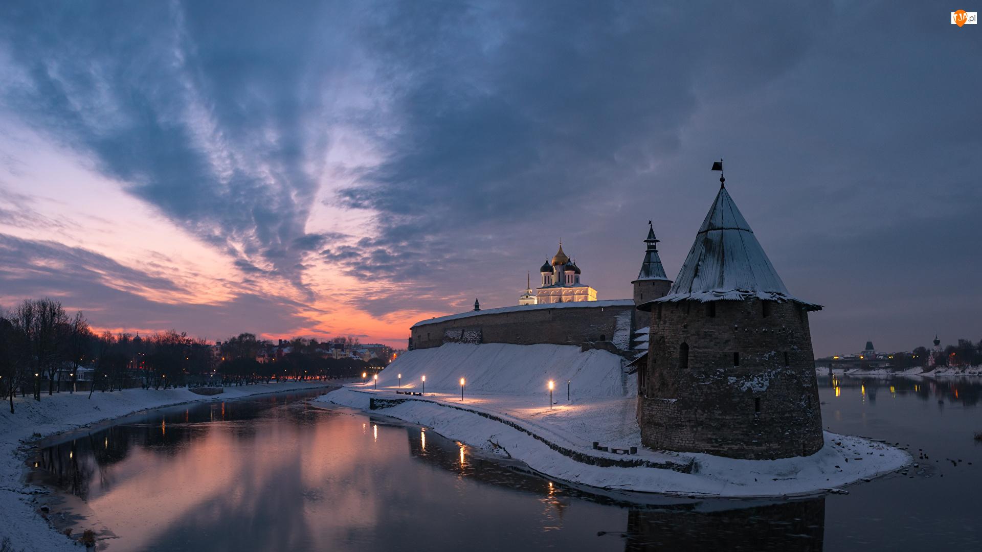 Wieża, Pskov Kremlin, Chmury, Rzeka Velikaya, Obwód pskowski, Śnieg, Twierdza, Rosja, Zachód słońca, Psków, Światła