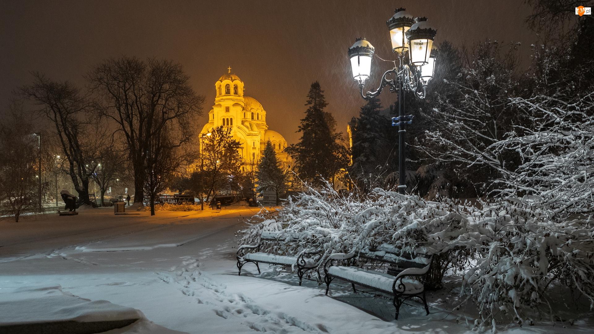Śnieg, Ławki, Latarnia, Krzewy, Zima, Park, Cerkiew, Oświetlona, Drzewa, Padający