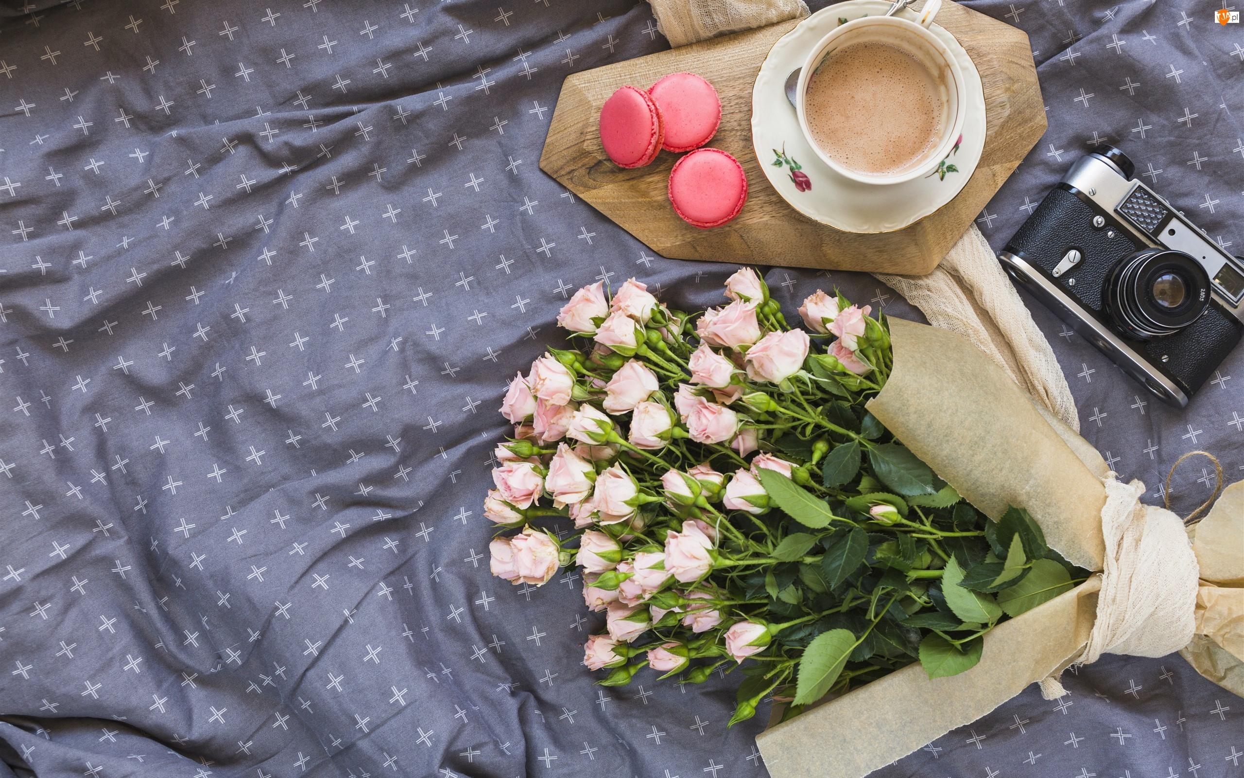 Bukiet, Róże, Kawa, Kompozycja, Filiżanka, Makaroniki, Aparat fotograficzny