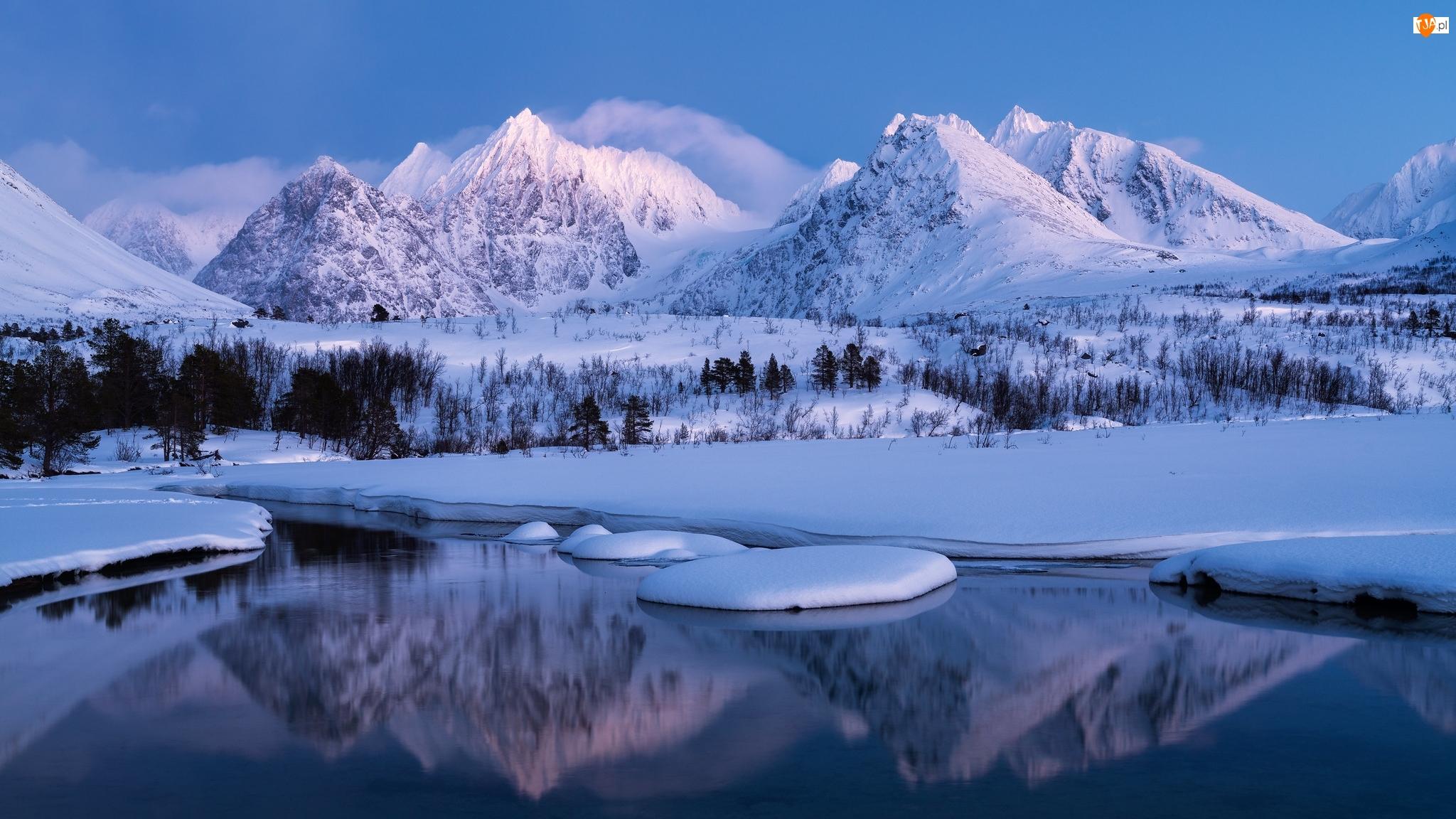 Góry Śnieżne, Rzeka Stortindelva, Odbicie, Norwegia, Drzewa, Szczyty, Ośnieżone