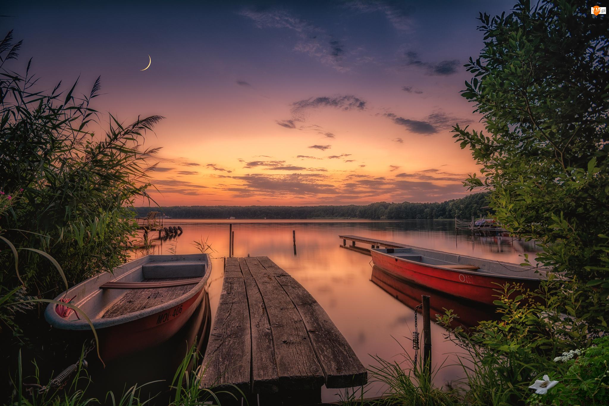 Niebo, Jezioro, Drzewa, Księżyc, Łódki, Pomost, Zachód słońca, Trawa