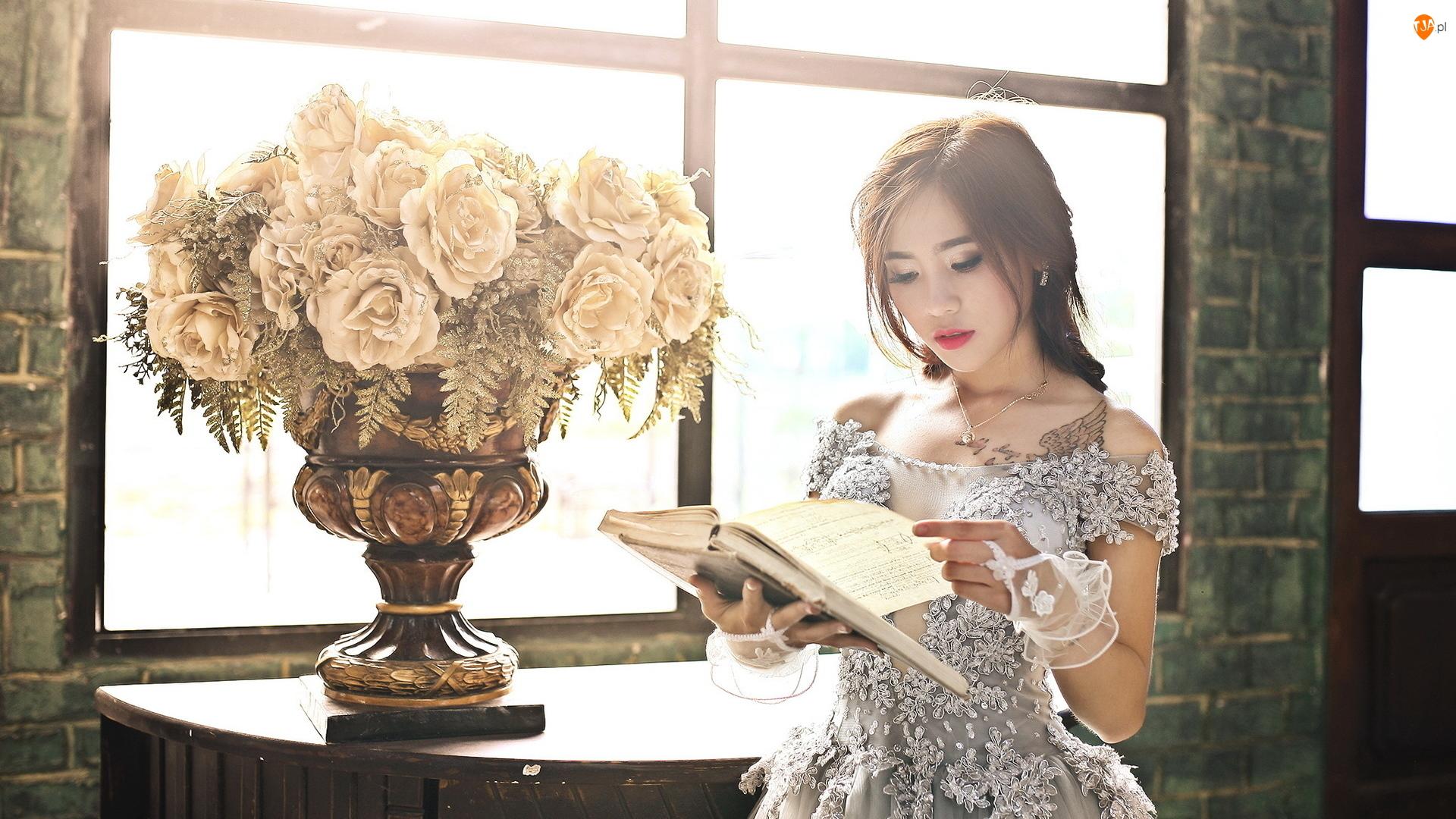 Kwiaty, Azjatka, Okno, Róże, Kobieta, Bukiet, Wazon, Książka