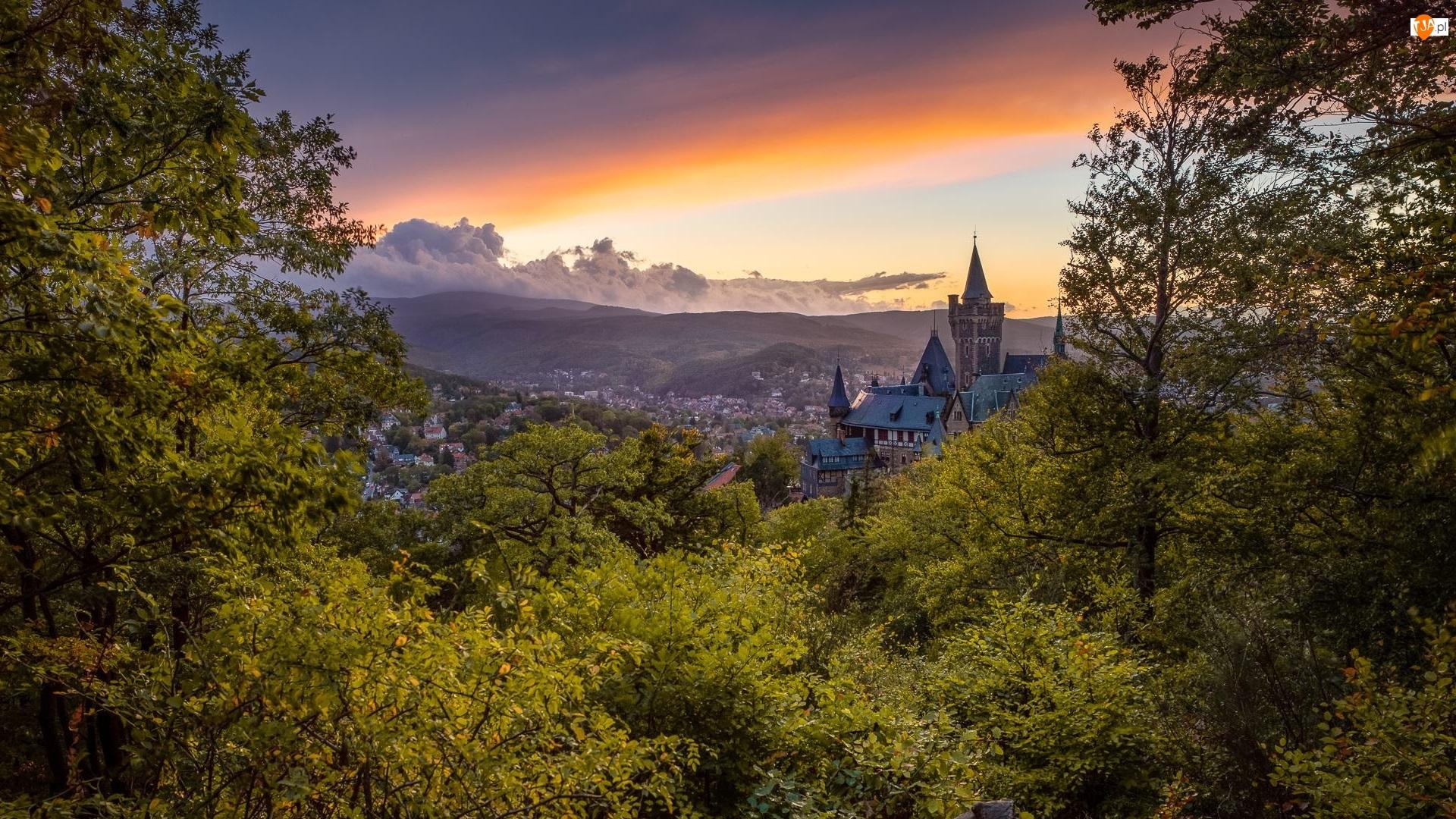 Wernigerode, Wzgórza, Zachód słońca, Powiat Harz, Zamek Wernigerode, Chmury, Niemcy, Drzewa