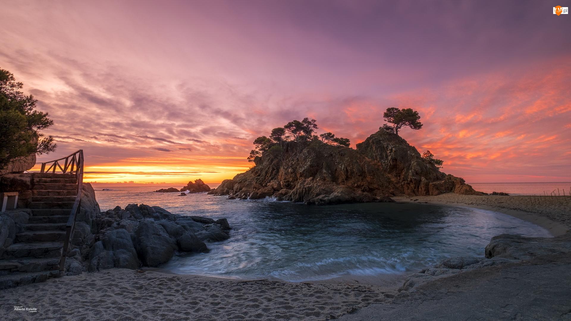 Hiszpania, Plaża, Katalonia, Drzewa, Playa de Aro, Schody, Morze, Zachód słońca, Skała