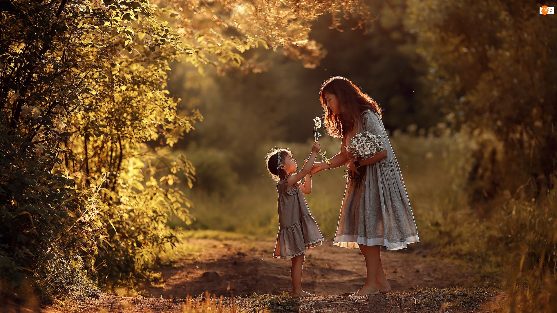 Ścieżka, Drzewa, Dziewczynka, Kobieta, Kwiaty