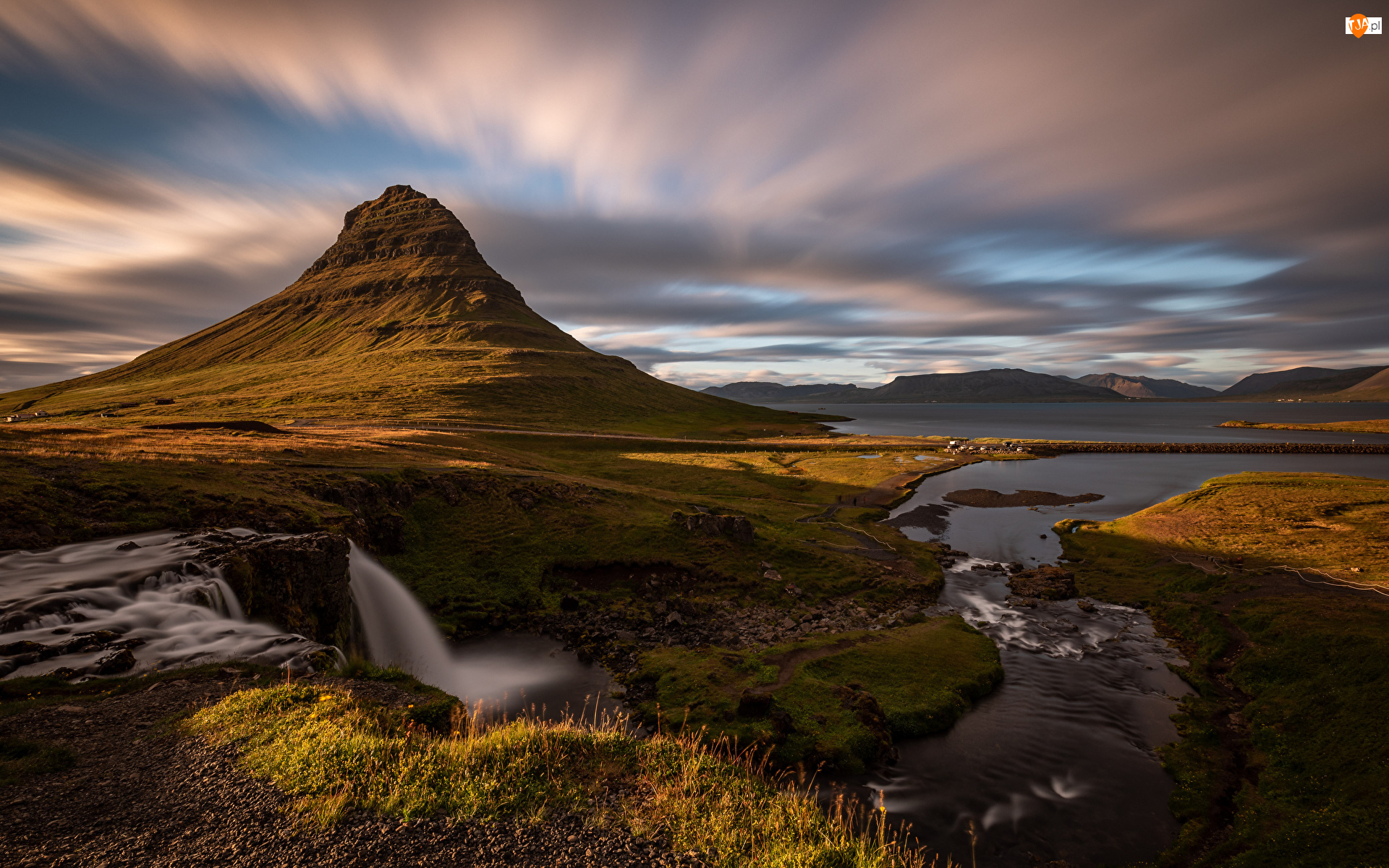 Góra Kirkjufell, Islandia, Trawa, Wodospad Kirkjufellsfoss, Rzeka, Chmury