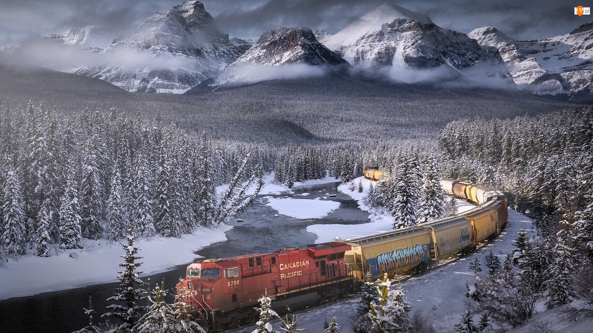 Las, Bow River, Chmury, Park Narodowy Banff, Zima, Alberta, Rzeka, Góry Skaliste, Pociąg, Drzewa, Kanada