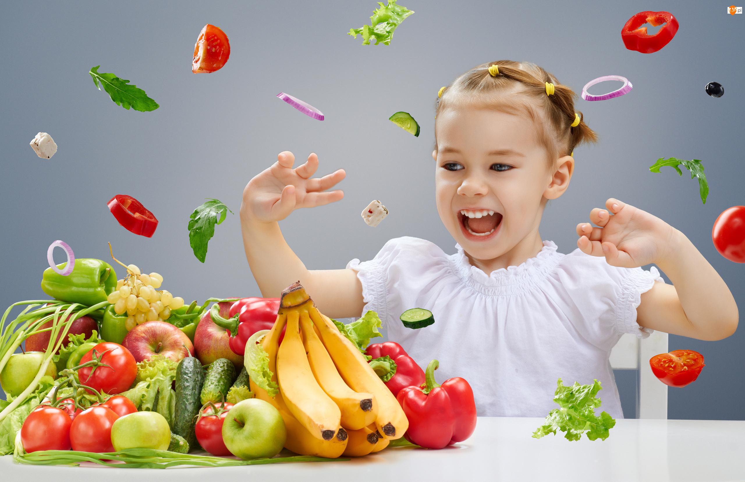 Owoce, Dziecko, Krzesło, Warzywa, Stół, Uśmiech, Dziewczynka