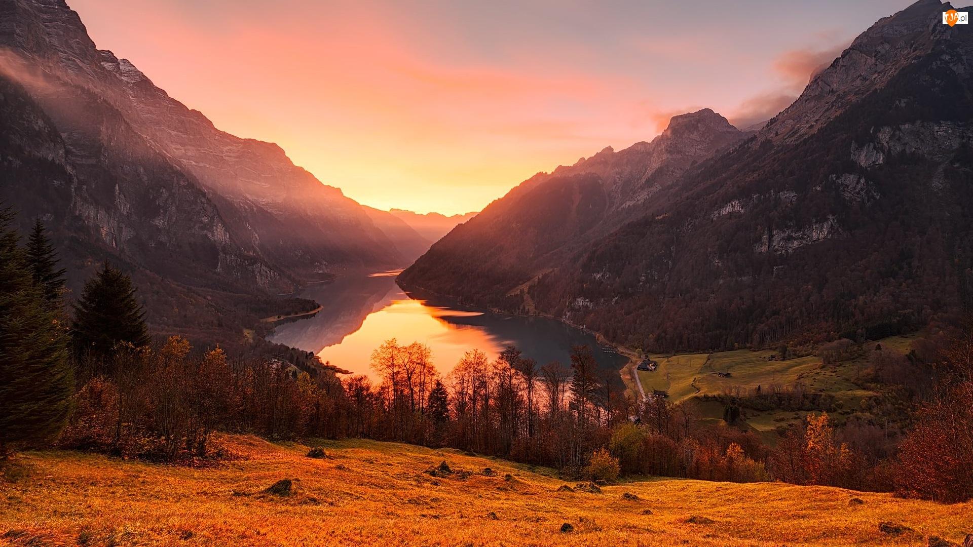 Góry, Dolina, Las, Klontal Valley, Kanton Glarus, Domy, Alpy, Szwajcaria, Drzewa, Jezioro Klontalersee, Wschód słońca