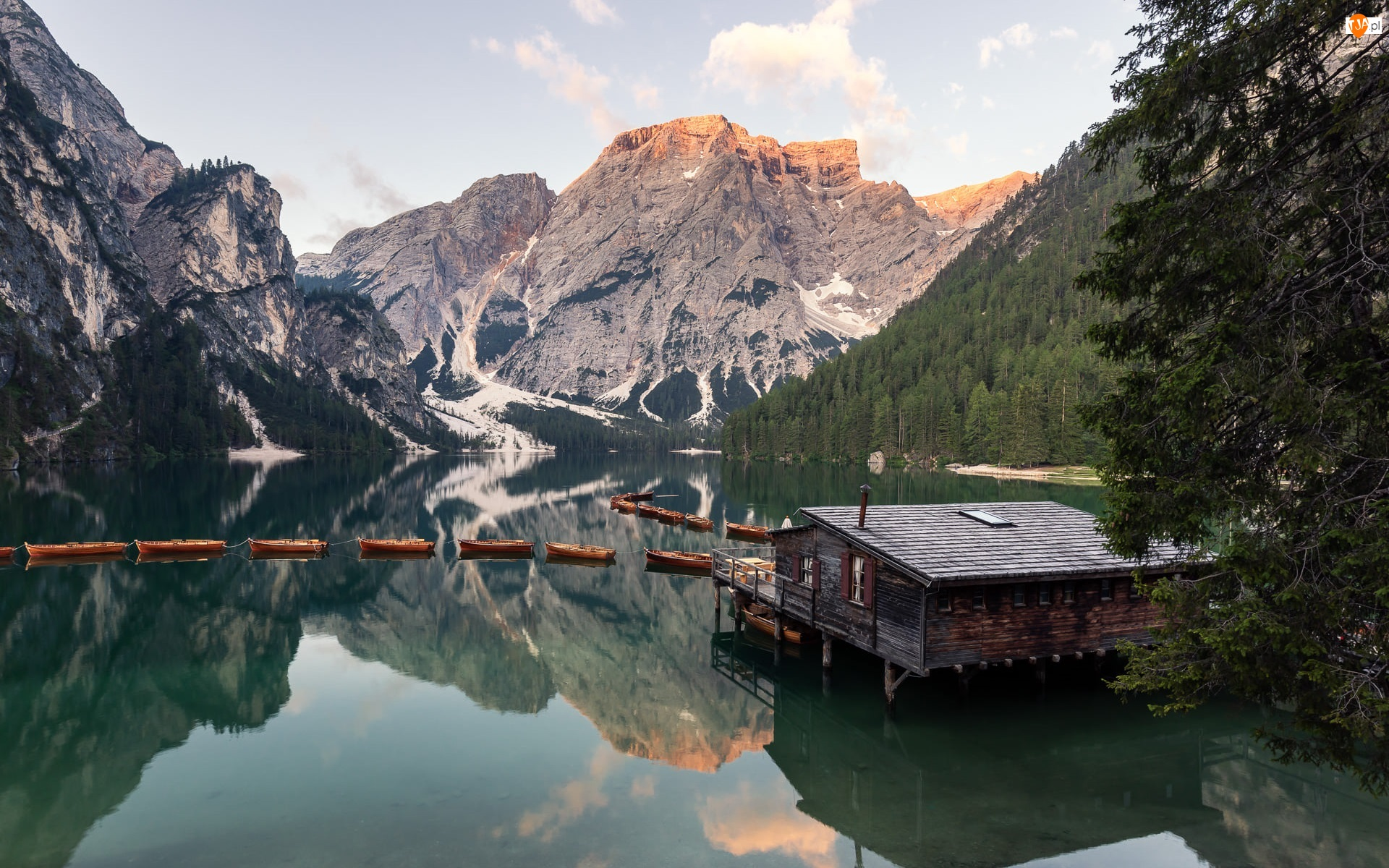 Pragser Wildsee, Lasy, Drewniany, Góry, Południowy Tyrol, Domek, Drzewa, Włochy, Dolomity, Jezioro, Łódki