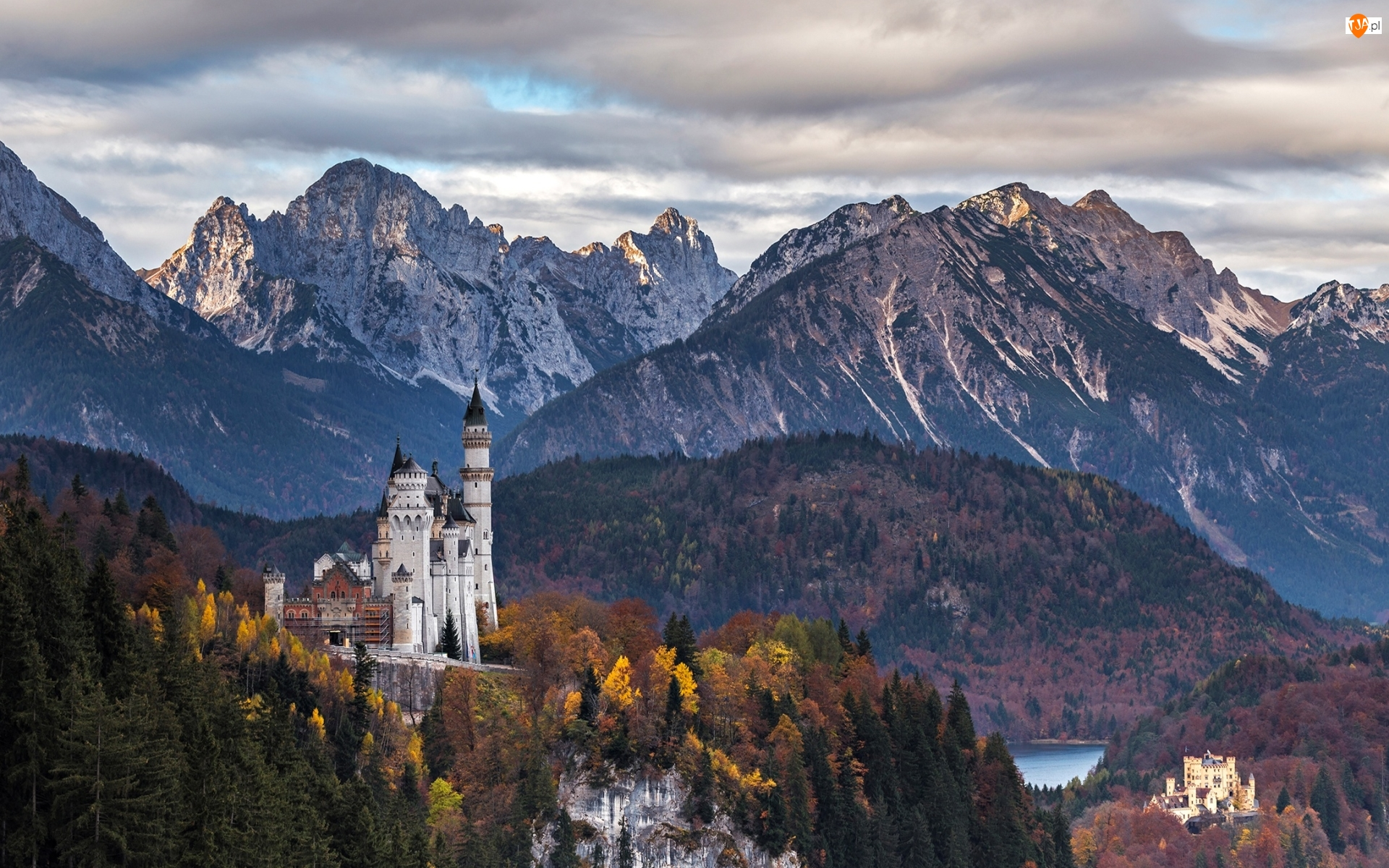 Chmury, Wzgórze, Alpy, Niemcy, Gmina Schwangau, Zamek Neuschwanstein, Lasy, Góry, Skały, Drzewa, Jesień, Bawaria