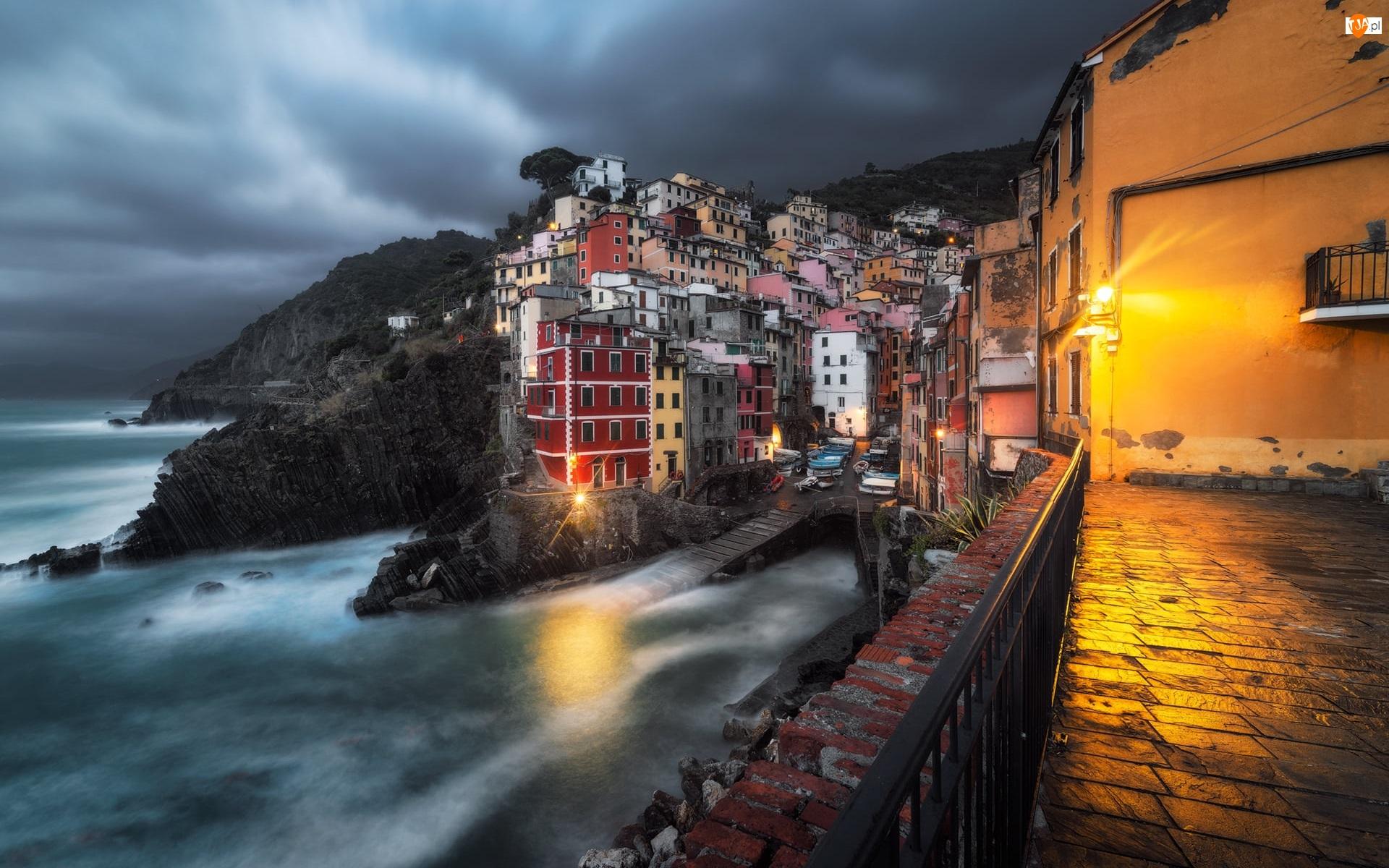 Riomaggiore, Domy, Zatoka, Morze, Cinque Terre, Światła, Kolorowe, Włochy, Skały, Miejscowość, Noc