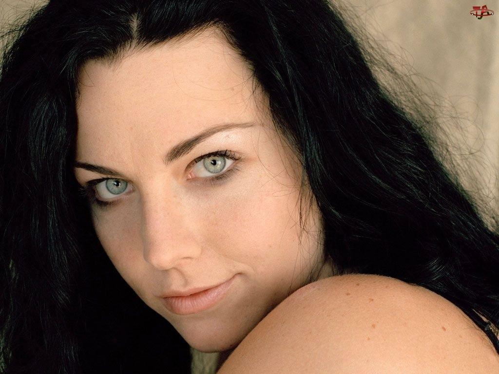 Amy Lee, czarne włosy