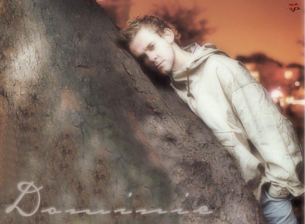 jeansy, Dominic Monaghan, beżowa kurtka