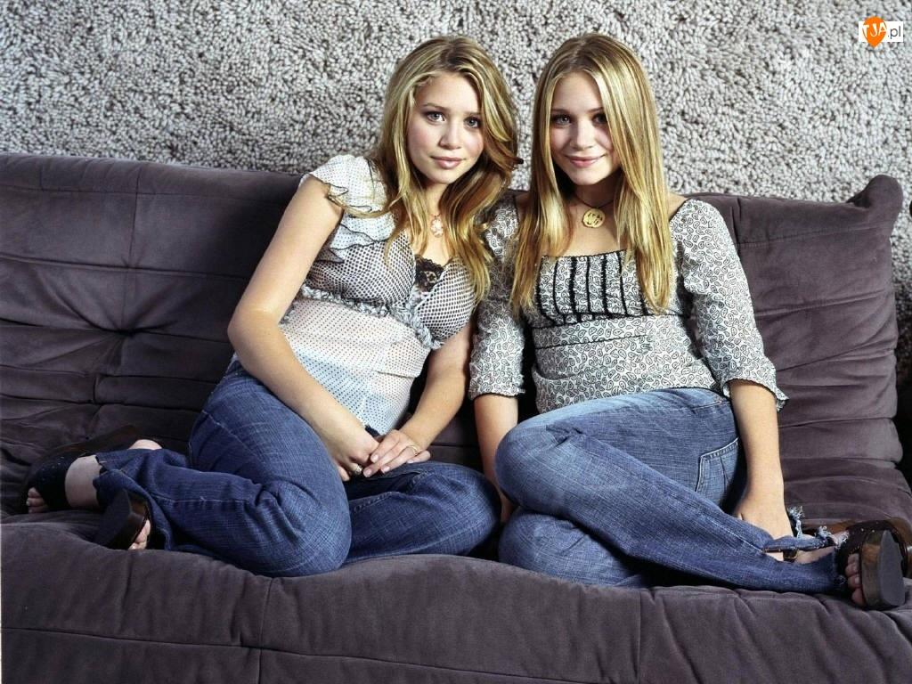 szara sofa, Blizniaczki Olsen, jeansy